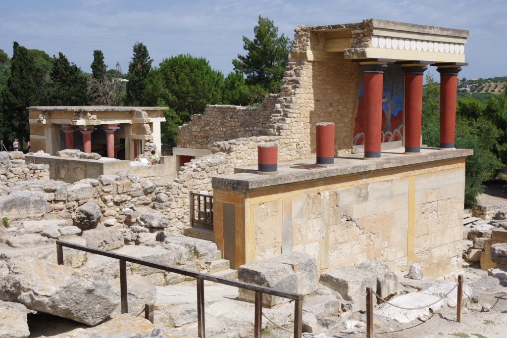 Ruine mit roten Säulen und Teilen einer zerstörten Freske