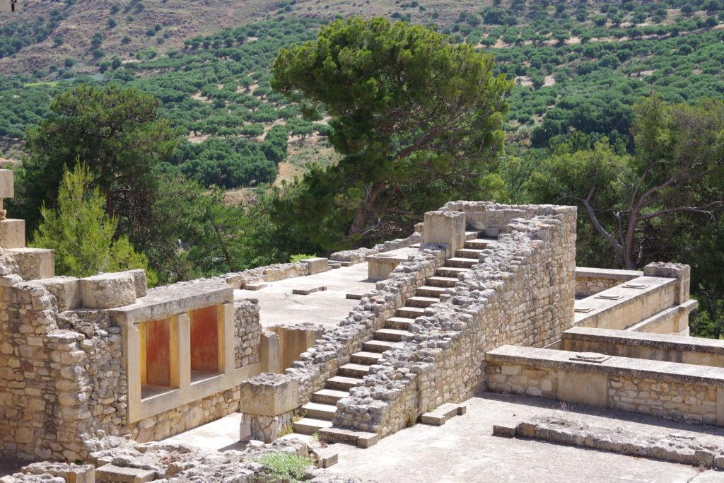 Ins Nichts führende, große Treppe einer Ruine, im Hintergrund Ausblick auf ein Tal