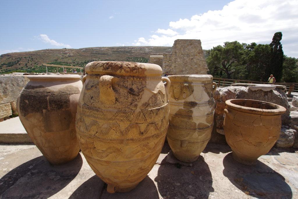 Große Gefäße, aneinender gereiht auf dem Grund einer Ruine