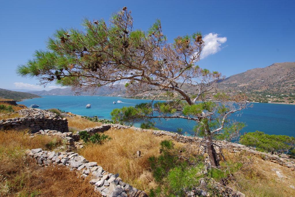Klimatabelle Kreta: Blick von Spinalonga auf den Golf von Elounda bei strahlender Sonne