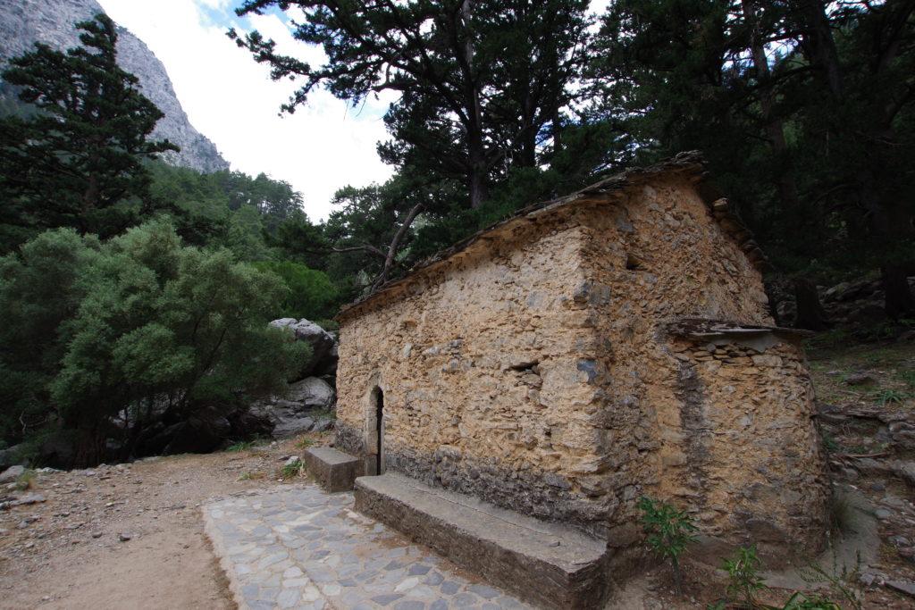 kleine Steinkapelle in Gebirgswald