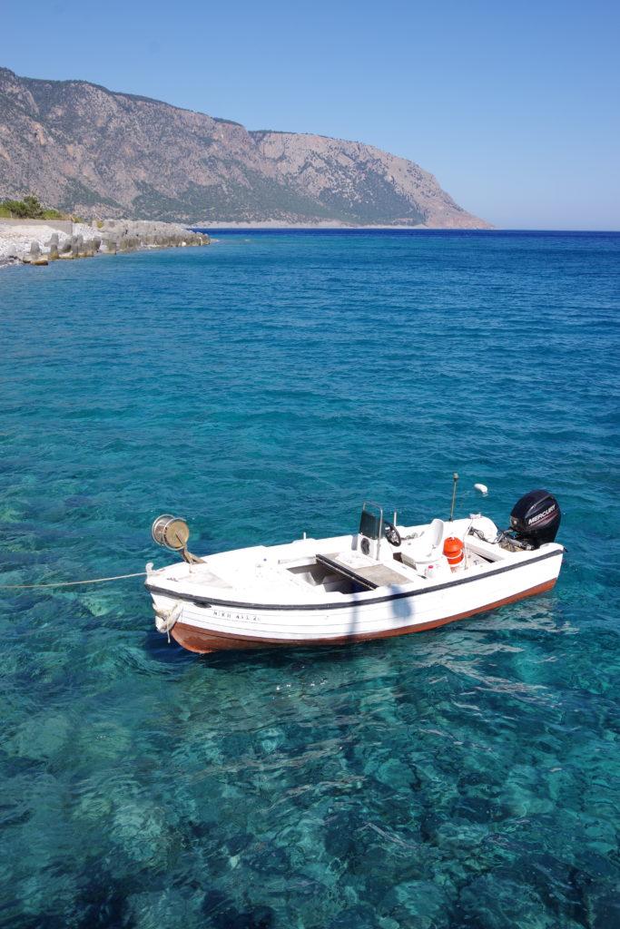 kleines Motorboot in glasklarem Meerwasser