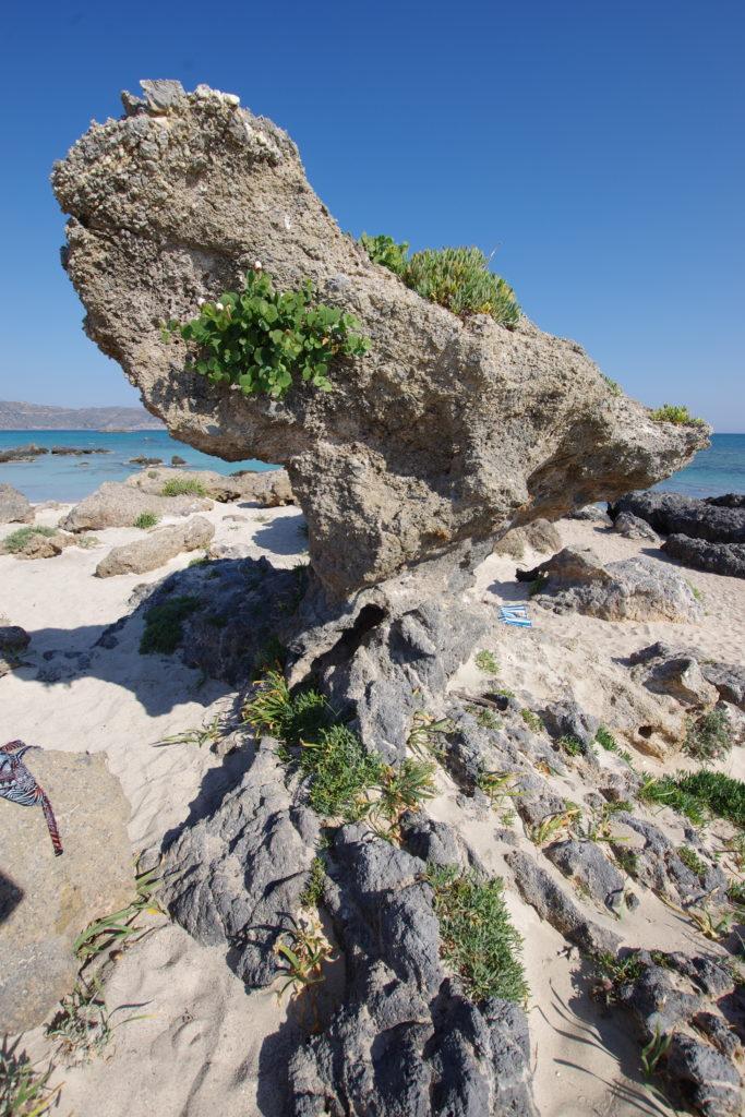 Ambossförmige Felsformation an Strand