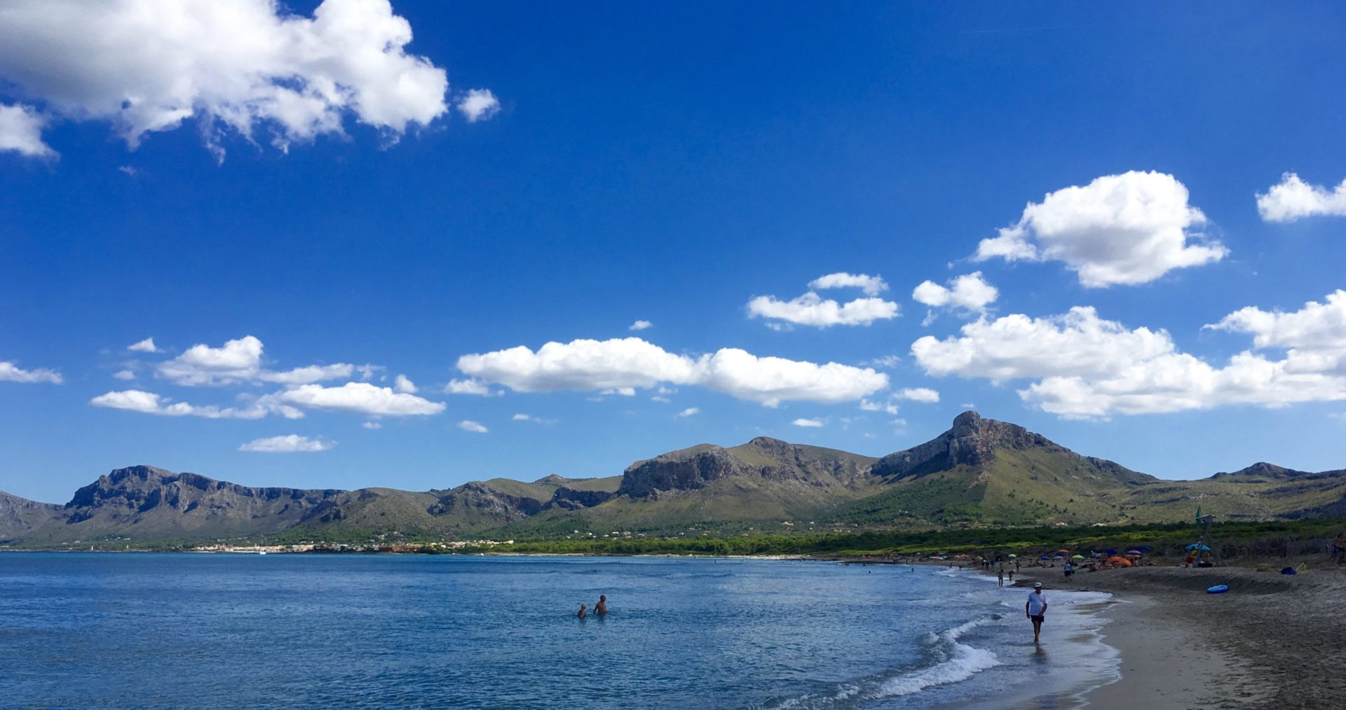 Wassertemperatur Alcudia: Blick über Bucht von Alcudia mit Badestrand Richtung Cap Farrutx