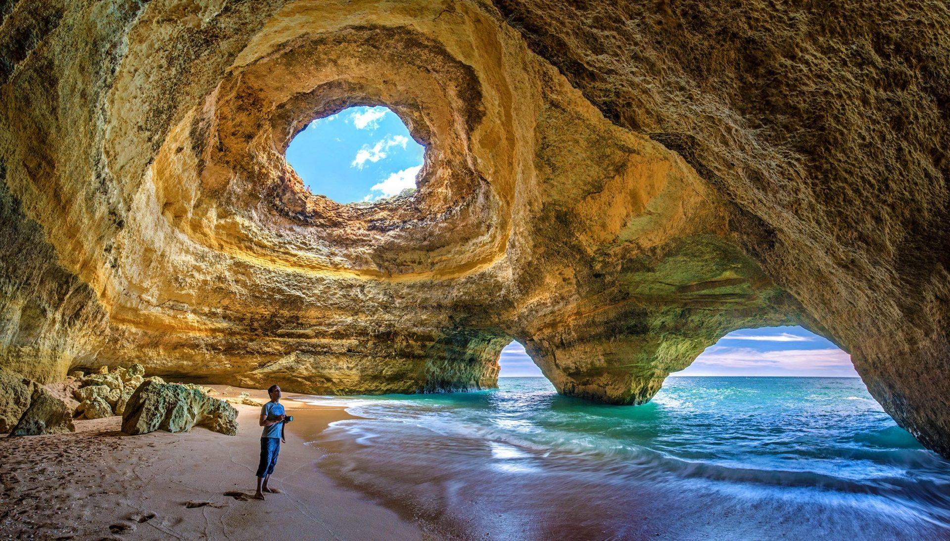 Wassertemperatur Algarve: Die Höhle von Benagil am Badestrand Praia de Benagil in der Nähe von Lagoa