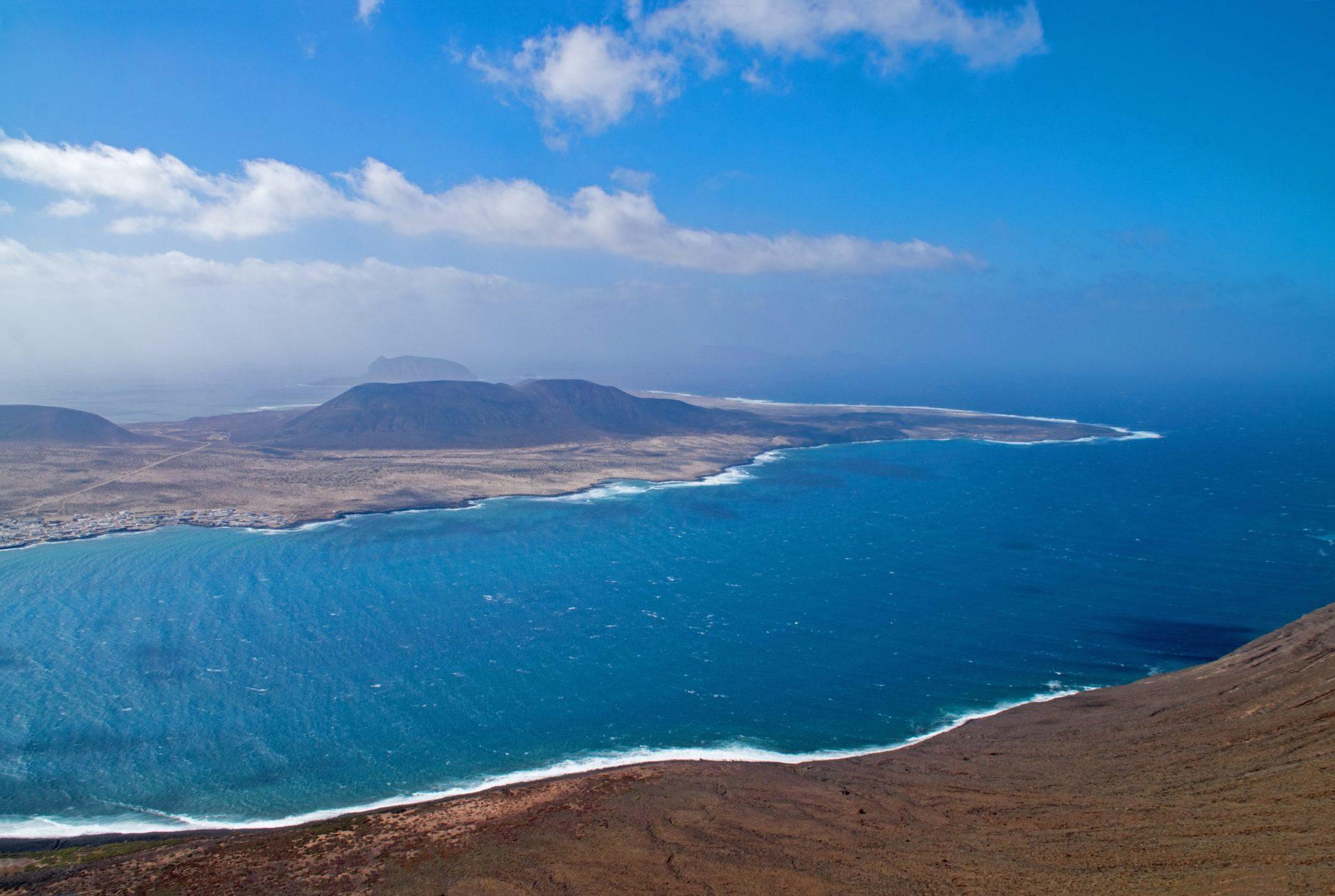 Wassertemperatur Lanzarote: Aussicht von der Plattform Mirador del Río auf die vegetationslose Atlantikküste von Lanzarote