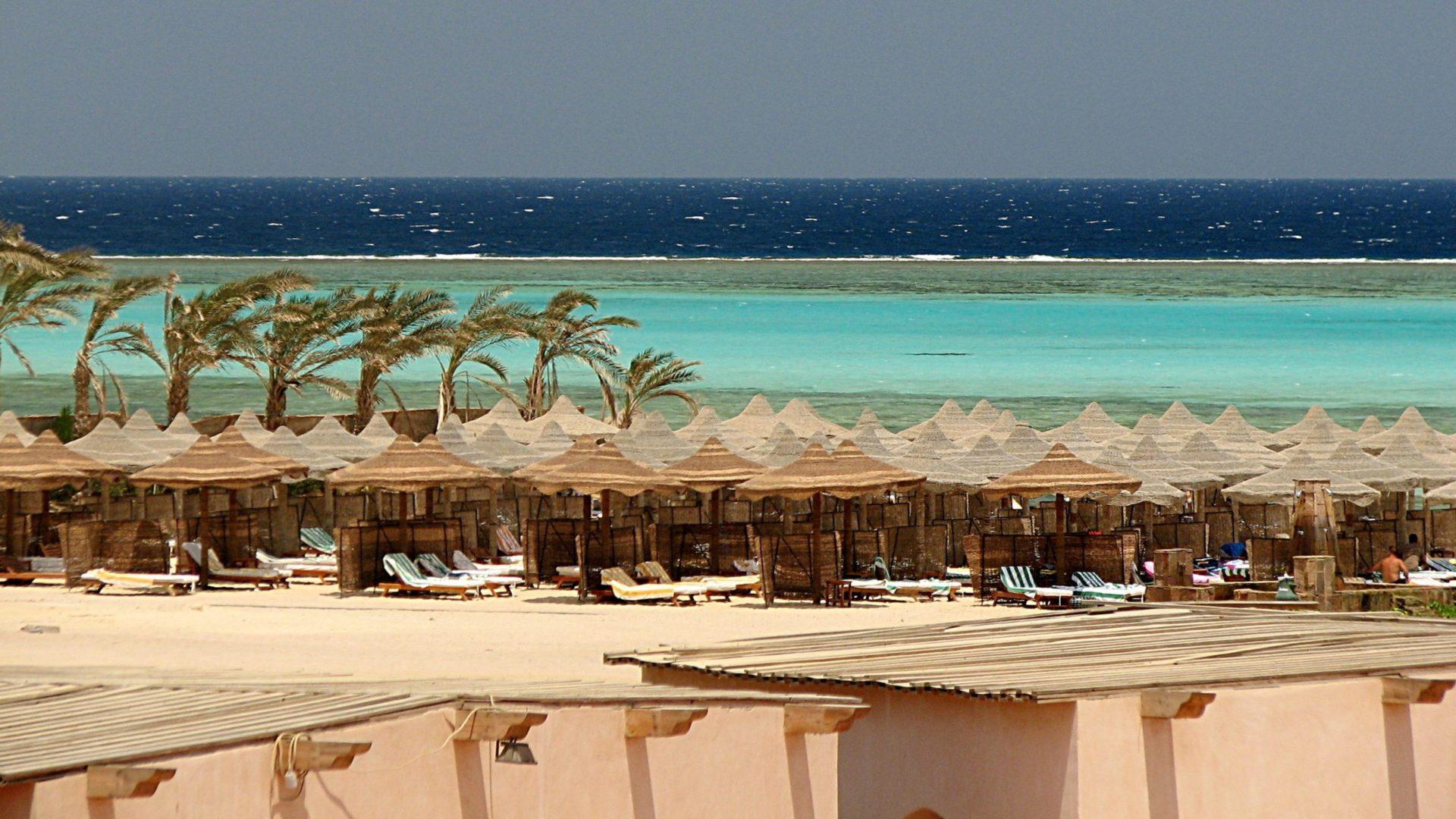 Wassertemperatur Marsa Alam: Strand am Roten Meer bei Marsa Alam mit Korallenriff im Hintergrund