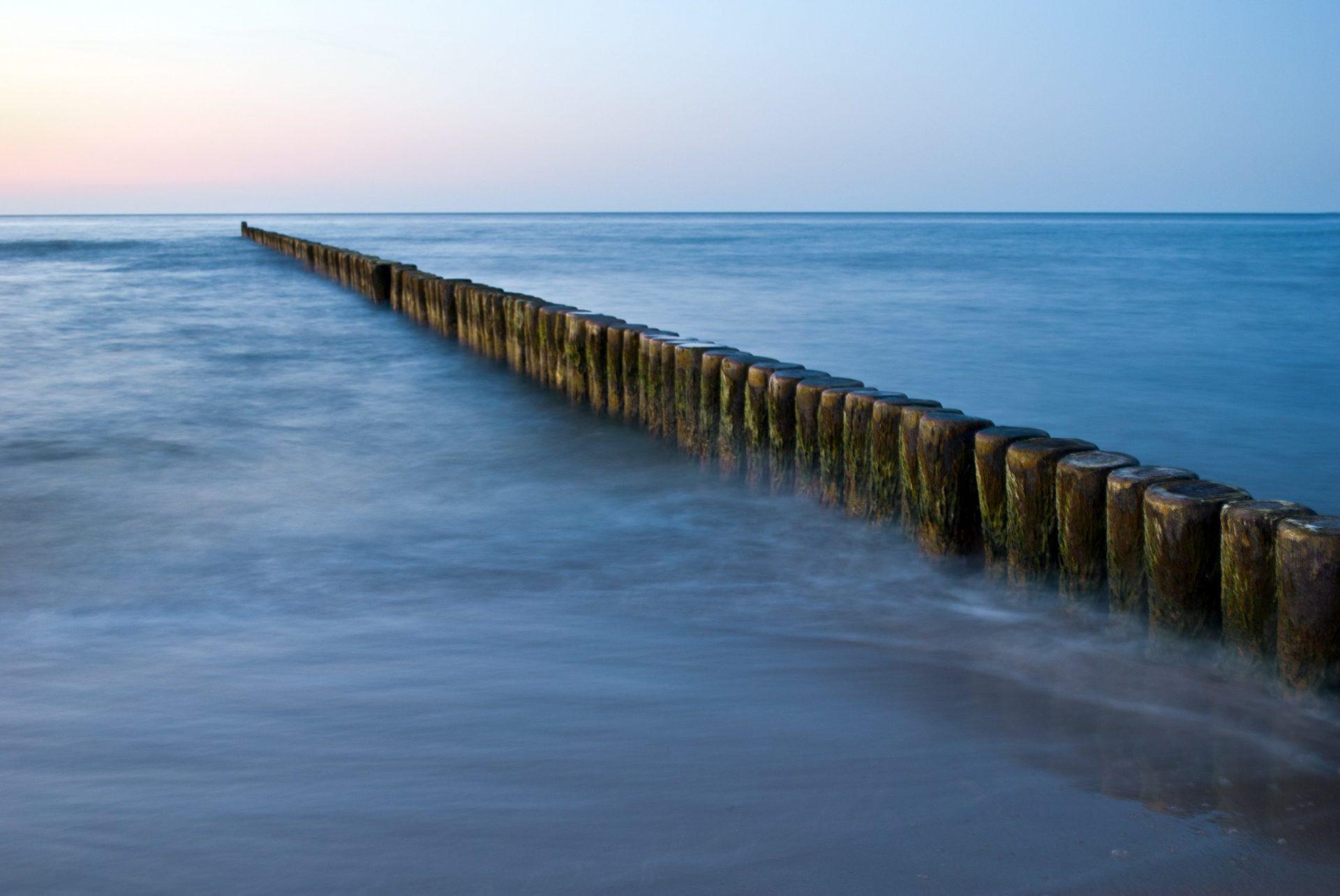 Wassertemperatur Ostsee: Buhnen, die ins Meer verlaufen