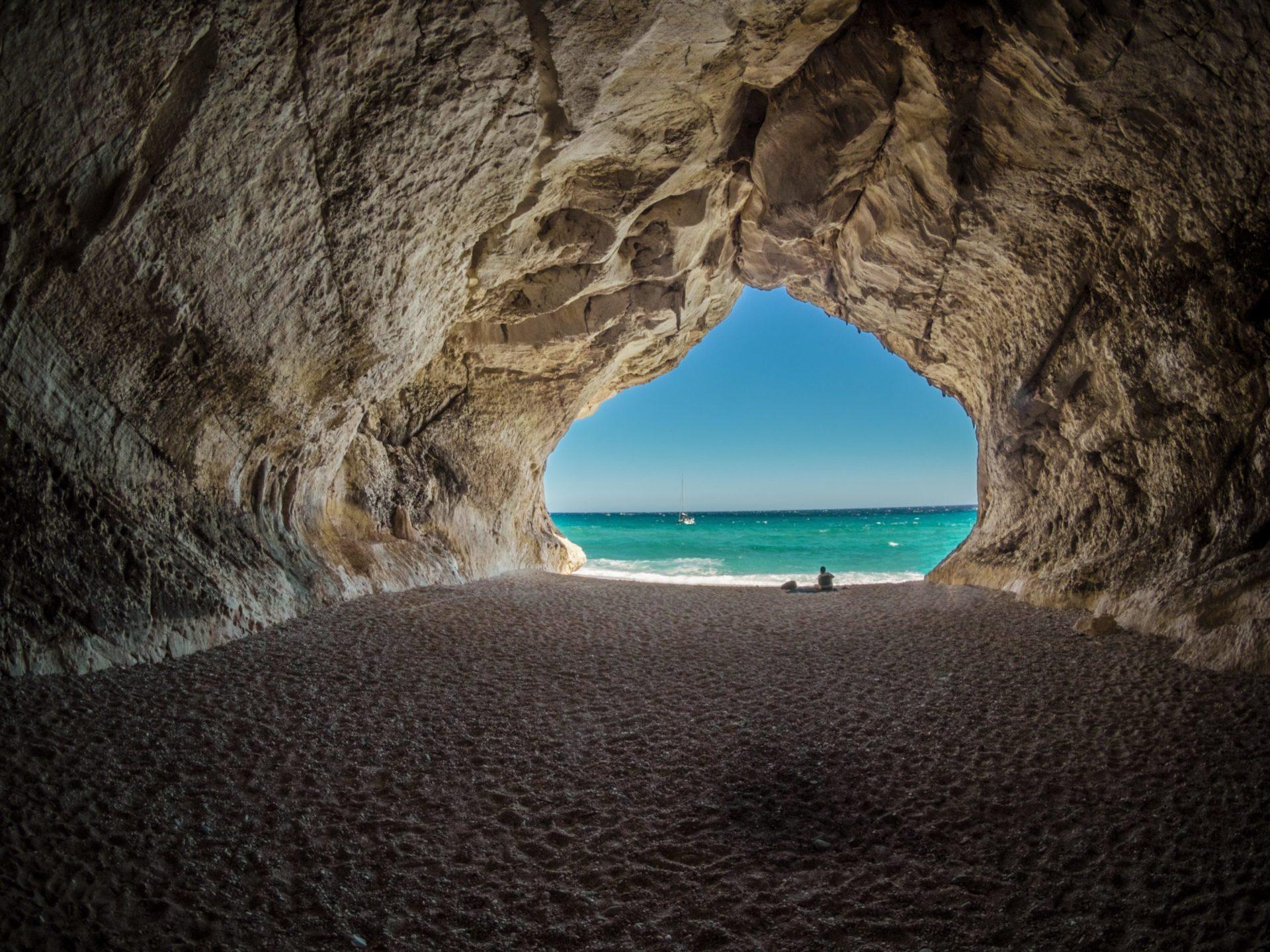 Wassertemperatur Sardinien: Blick von Grotte aufs Meer bei Cala Gonone am Golfo di Orosei