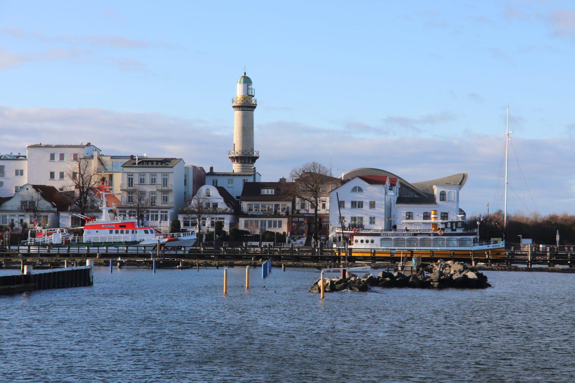 Wassertemperatur Warnemünde: Hafen mit Leuchtturm von Warnemünde