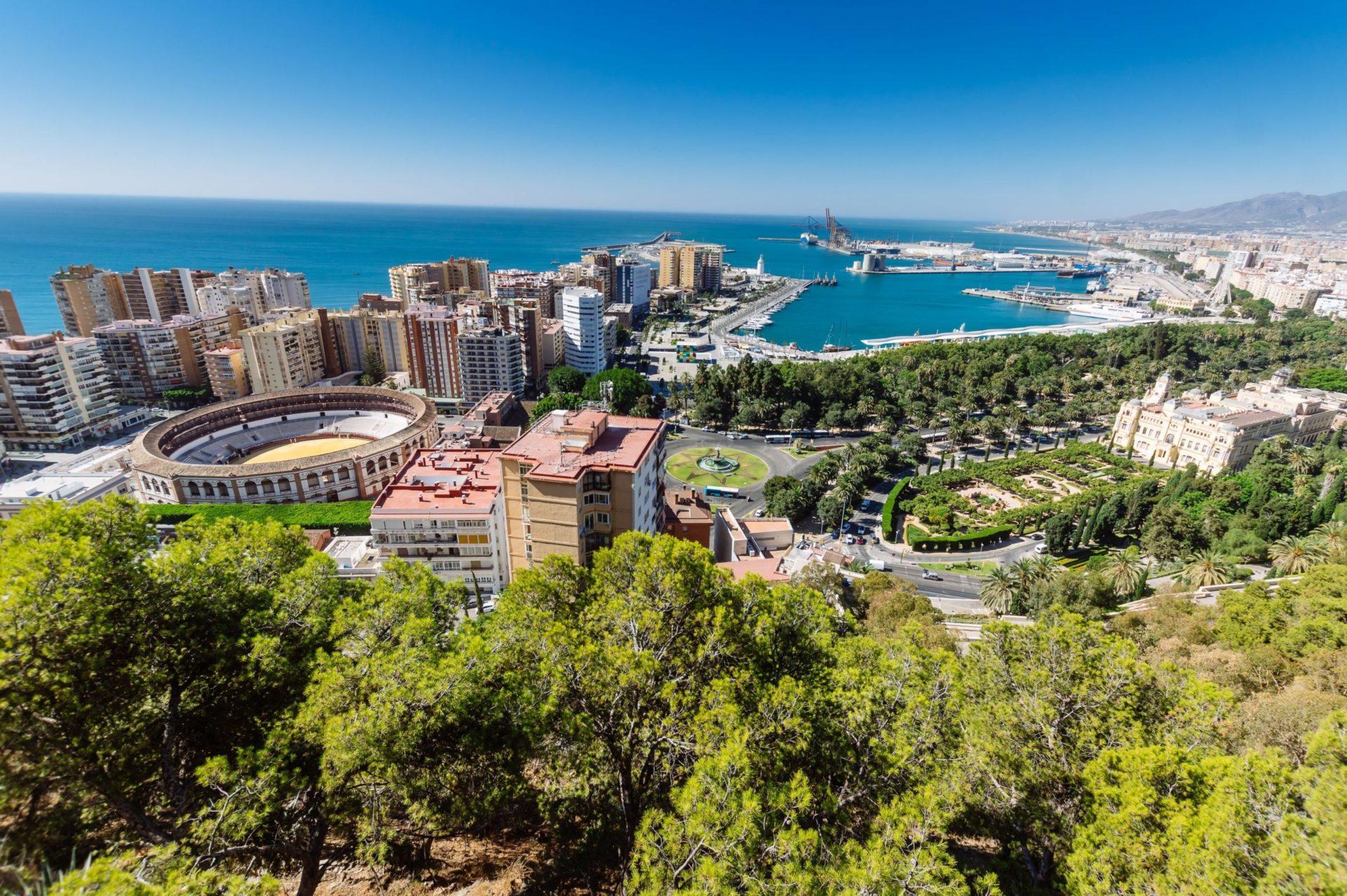 Wassertemperatur Andalusien: Blick auf das Mittelmeer, den Hafen und die Stierkampfarena von Malaga