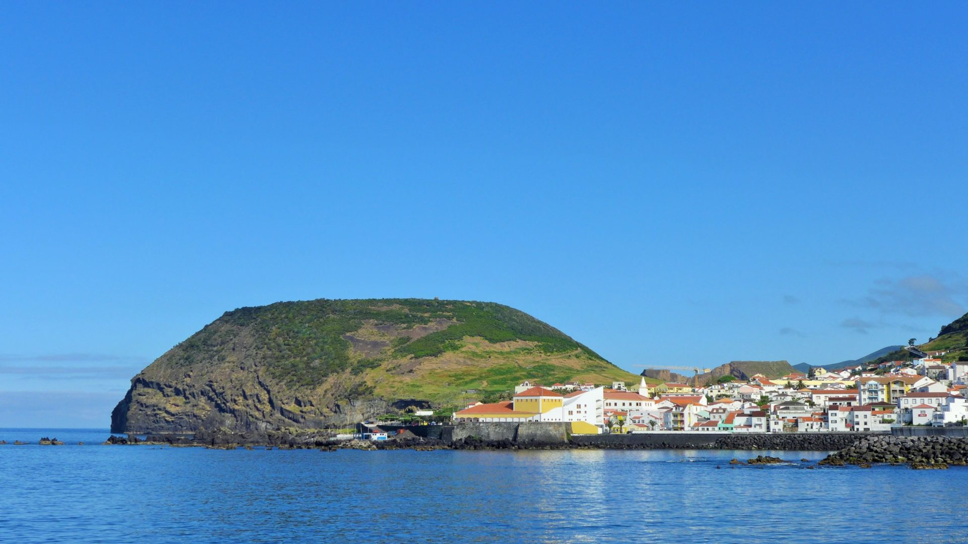 Wassertemperatur Azoren: Küstenort Velas auf der Azoreninsel São Jorge, links der Berg Miradouro do Morro Das Velas
