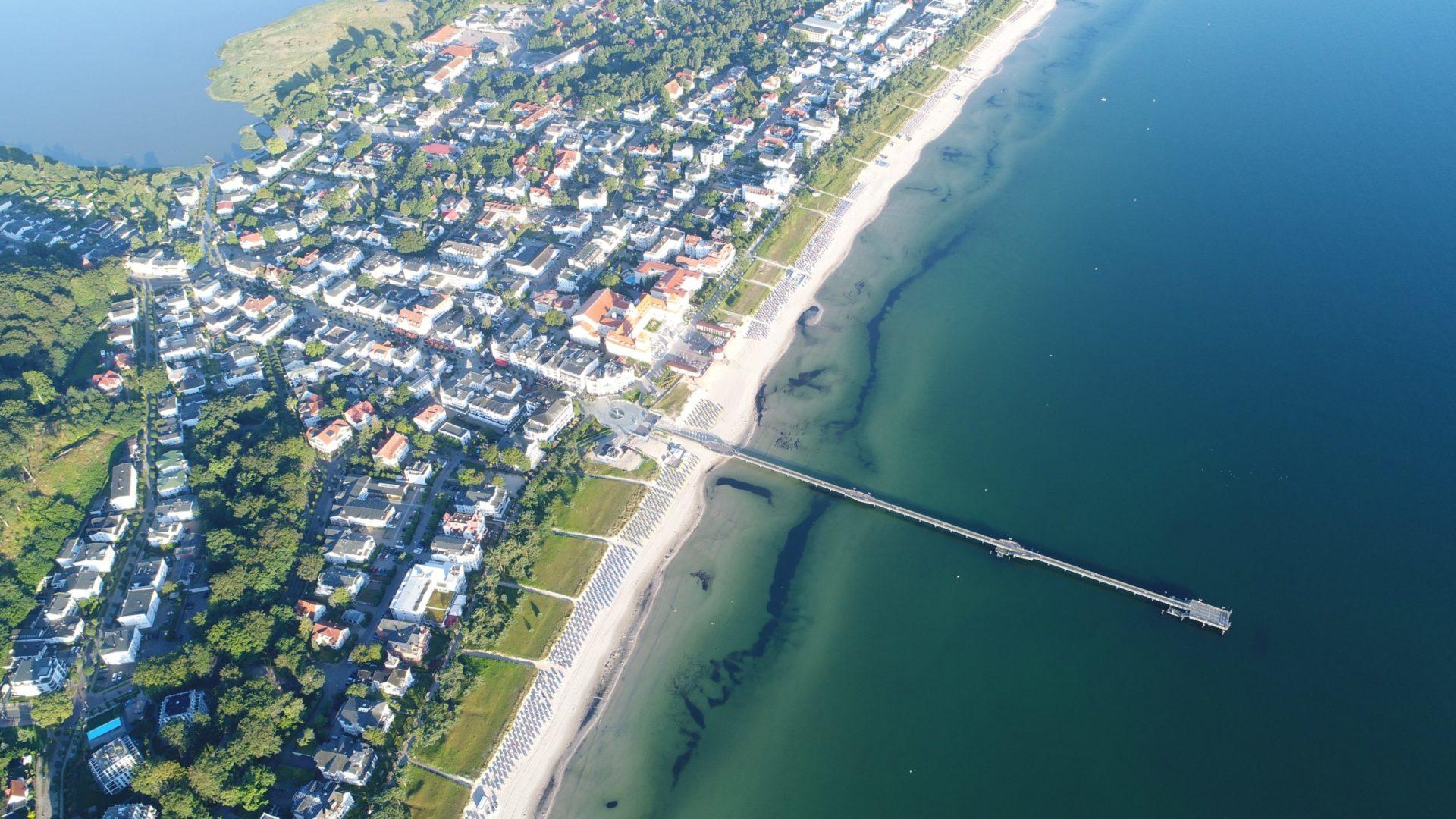 Wassertemperatur Binz: Ostseebad Binz auf Rügen aus der Luft, Badestrand mit Seebrücke und Kurhaus
