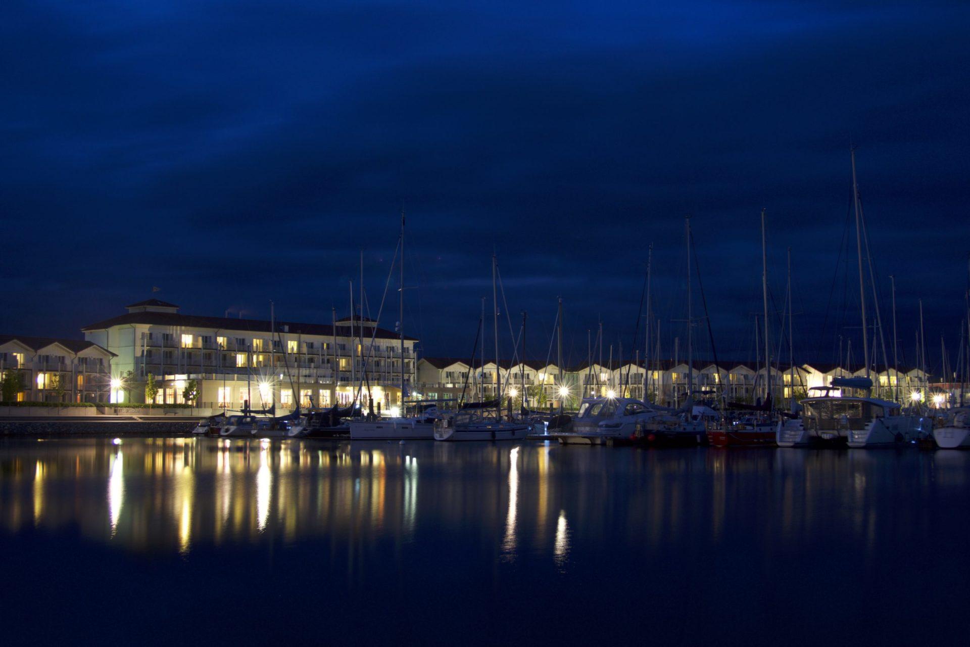 Wassertemperatur Boltenhagen: Ferienwohnungen und Iberotel Boltenhagen mit Hafen bei Nacht