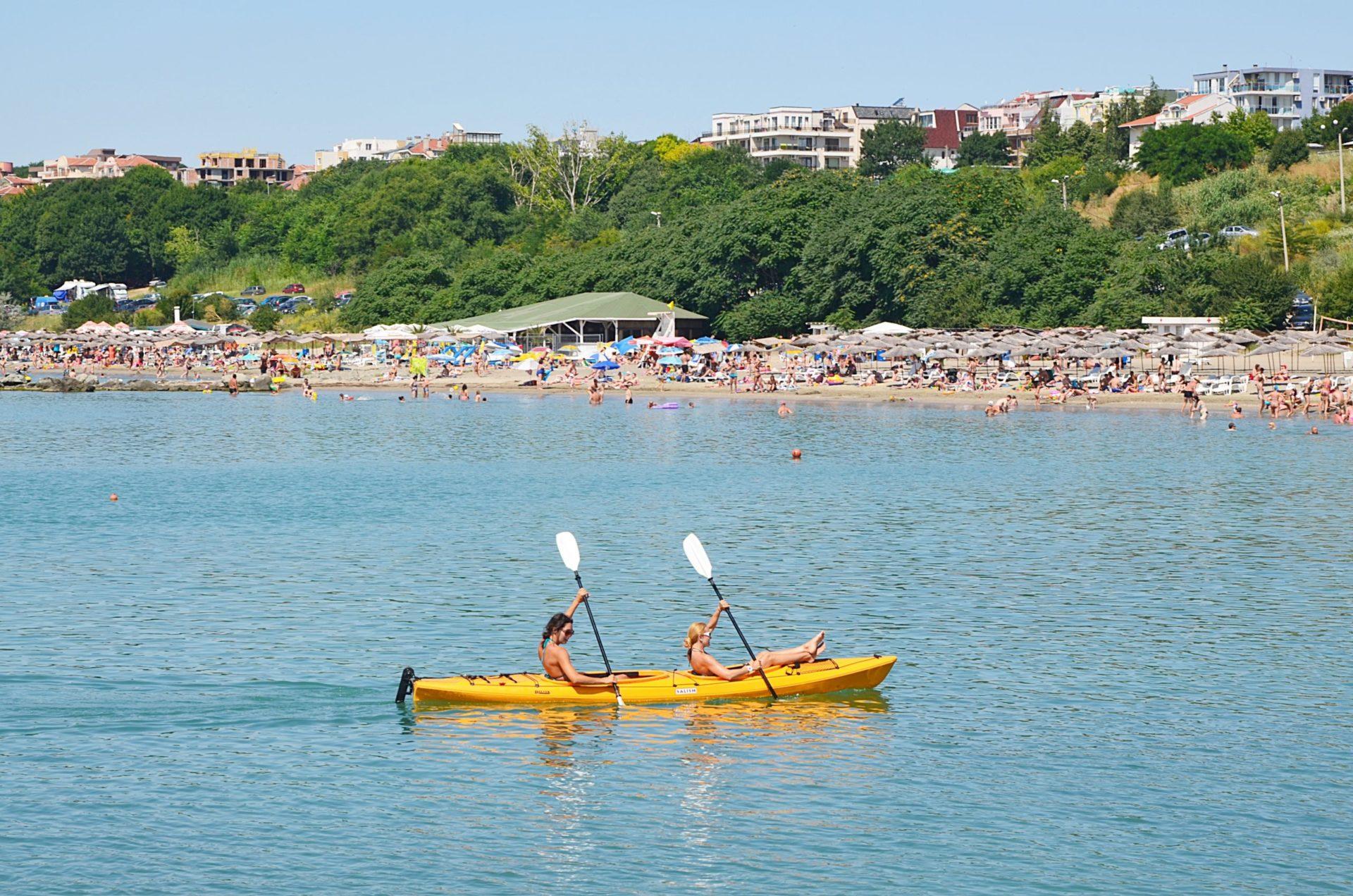 Wassertemperatur Burgas: Zwei Paddler im Schwarzen Meer vor einem Badestrand bei Burgas