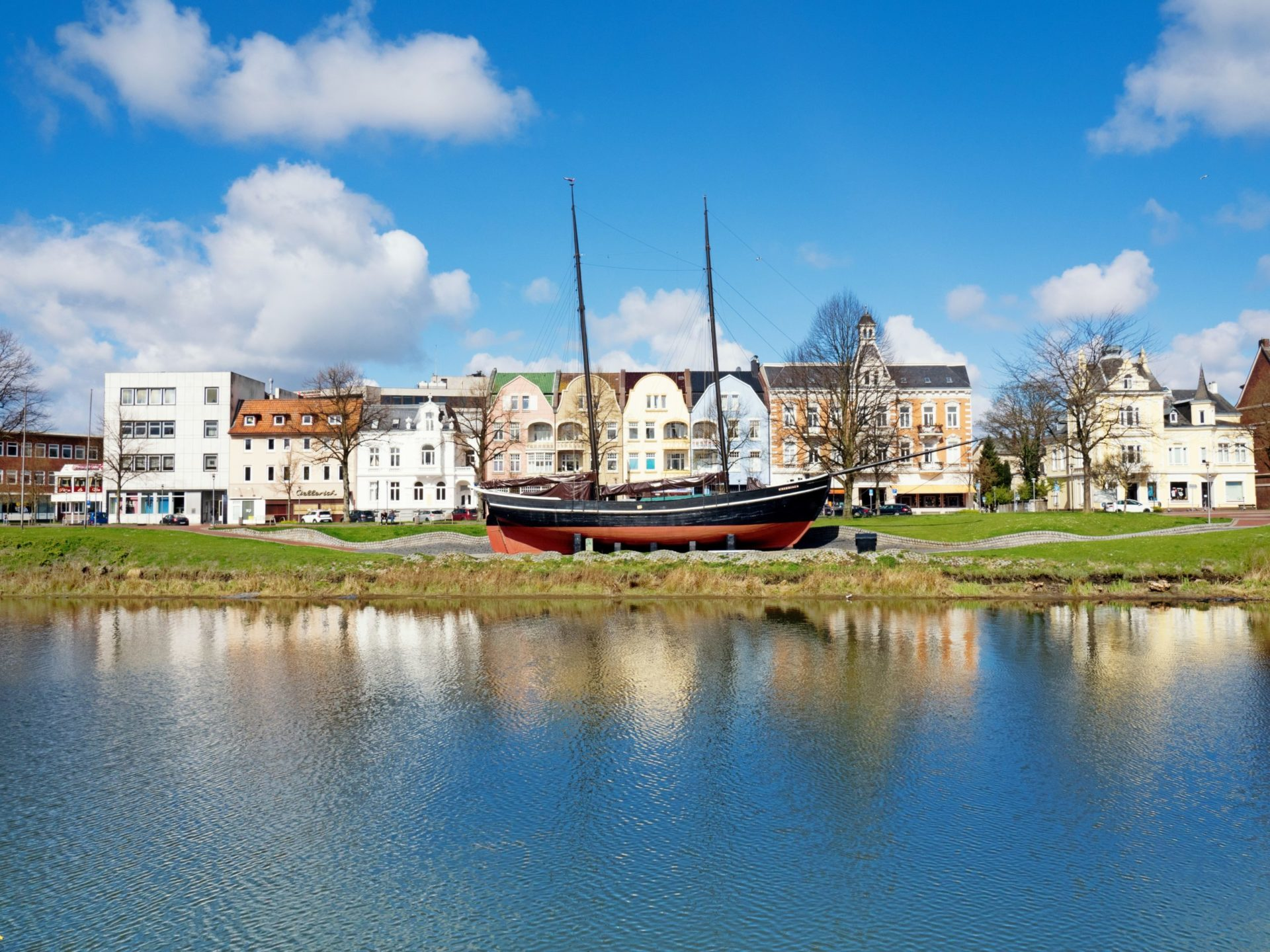 Wassertemperatur Cuxhaven: Gaffelschoner Hermine (Schiff) aus Holz am Schleusenpriel