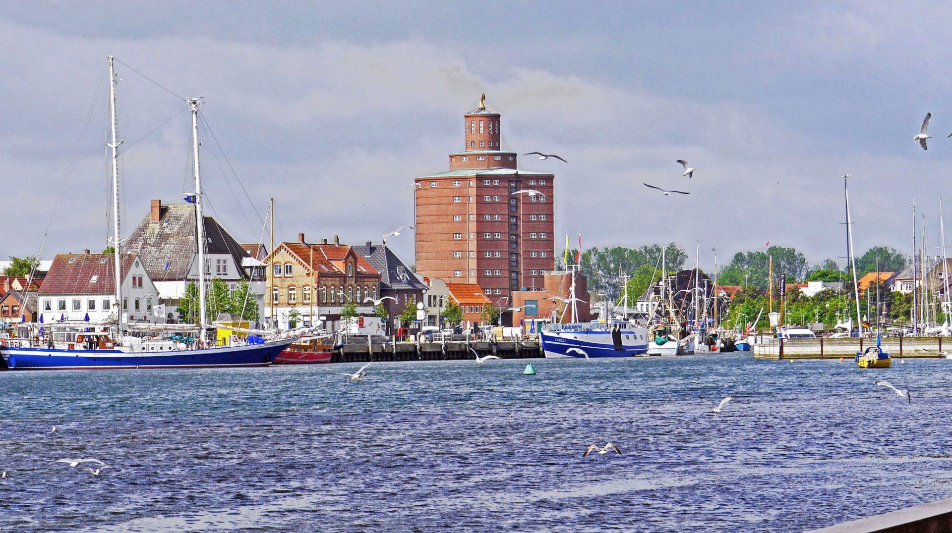 Wassertemperatur Eckernförde: Hafen mit altem Rundspeicher (Rundsilo)