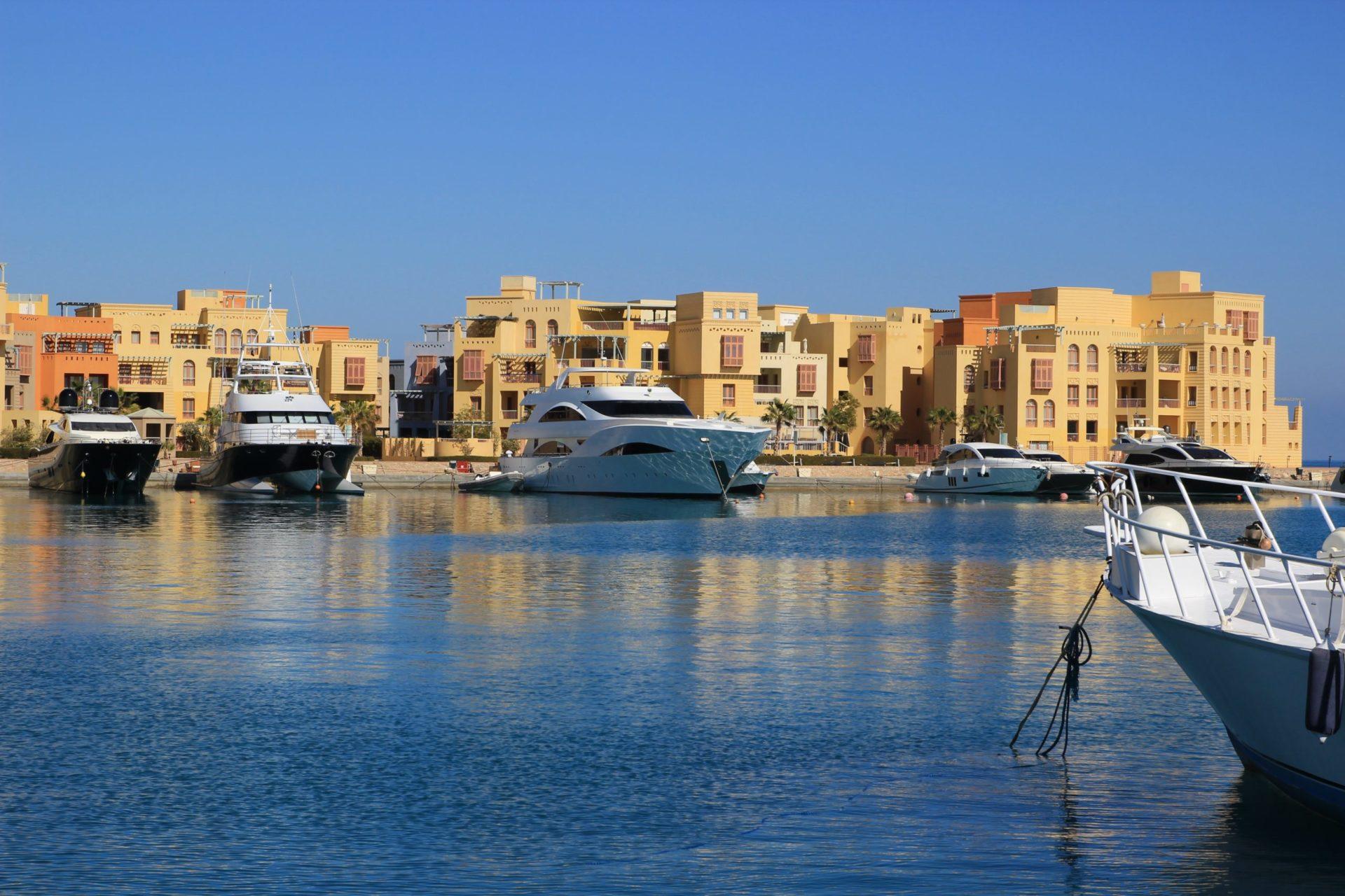 Wassertemperatur El Gouna: Yachthafen Abu Tig Marina am Roten Meer bei El Gouna mit Apartments im Hintergrund