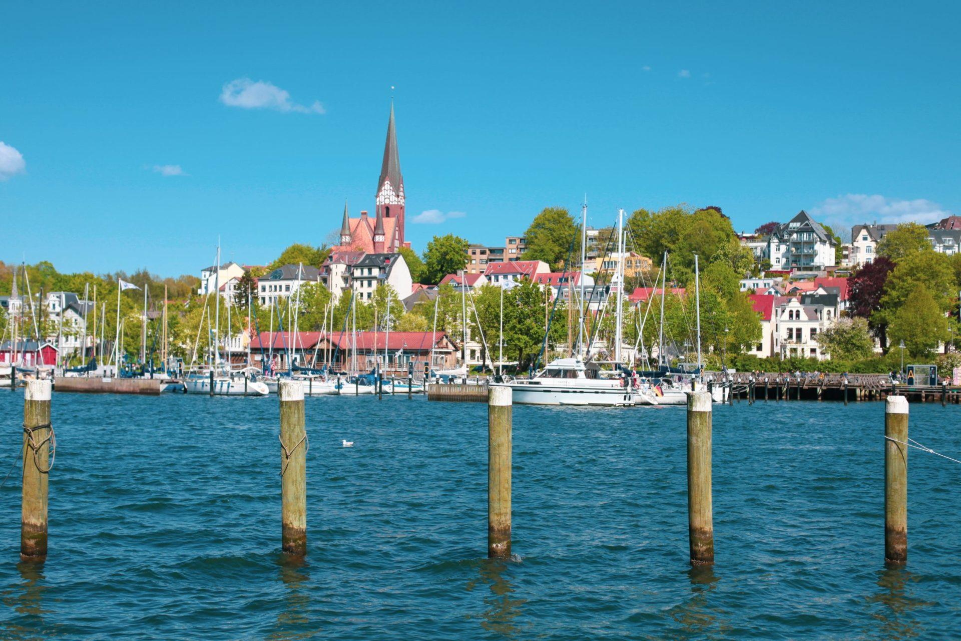 Wassertemperatur Flensburg: Fischereihafen von Flensburg mit Kirche und Stadtteil St. Jürgen (Jürgensby, Kapitänsviertel) im Hintergrund