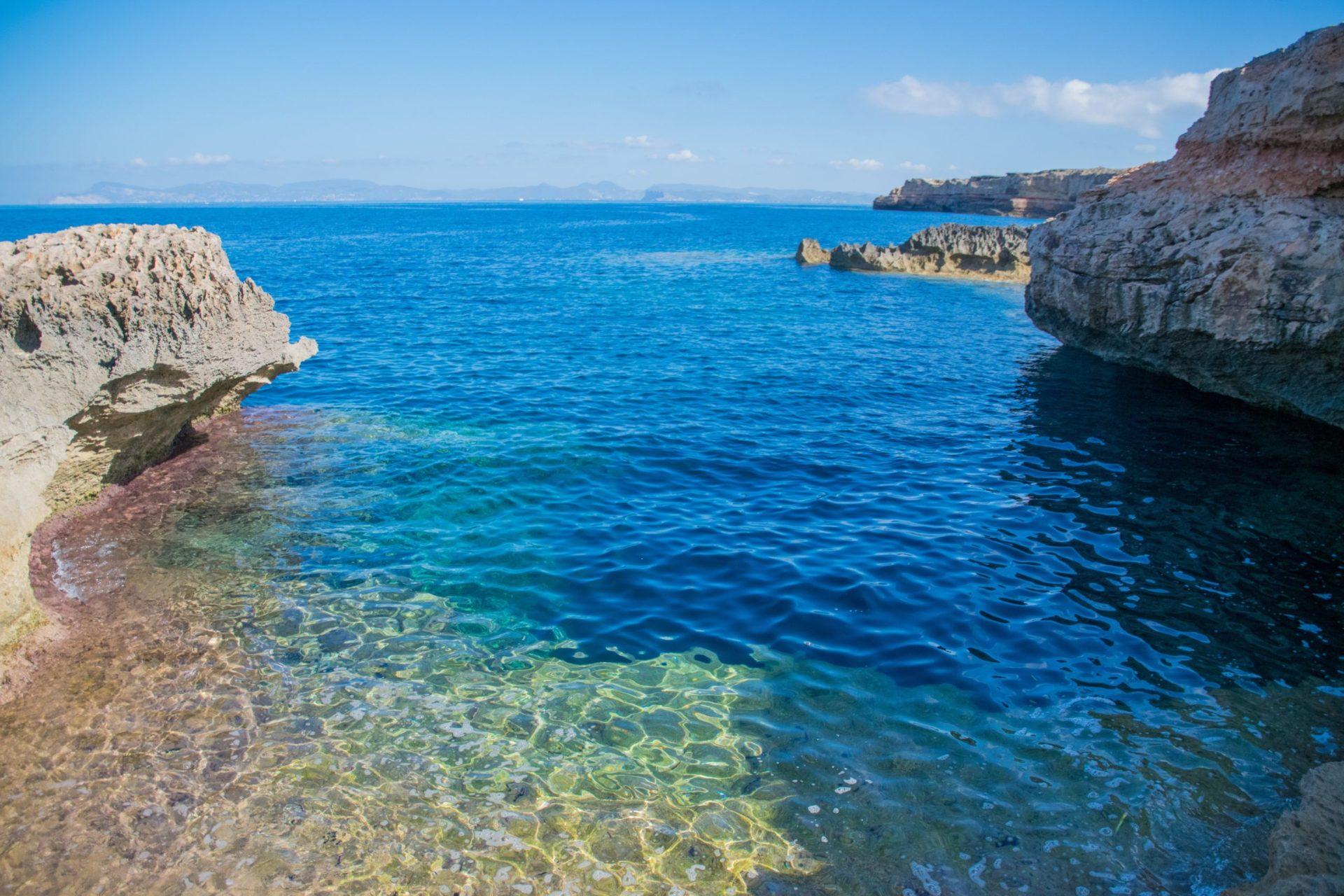 Wassertemperatur Formentera: Naturbelassene Felsbucht mit klarem Wasser auf Formentera