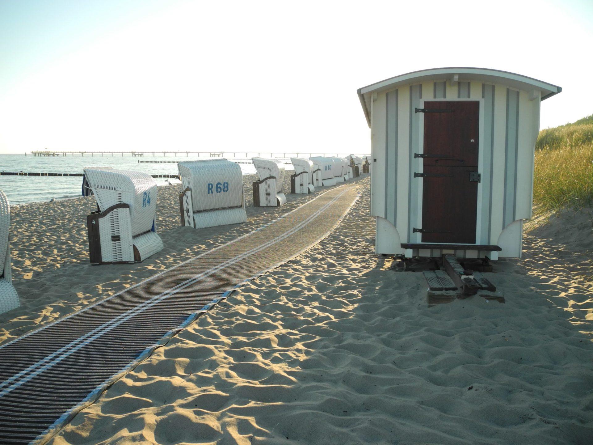 Wassertemperatur Graal-Müritz: Strandkörbe am Badestrand Graal-Müritz mit Seebrücke