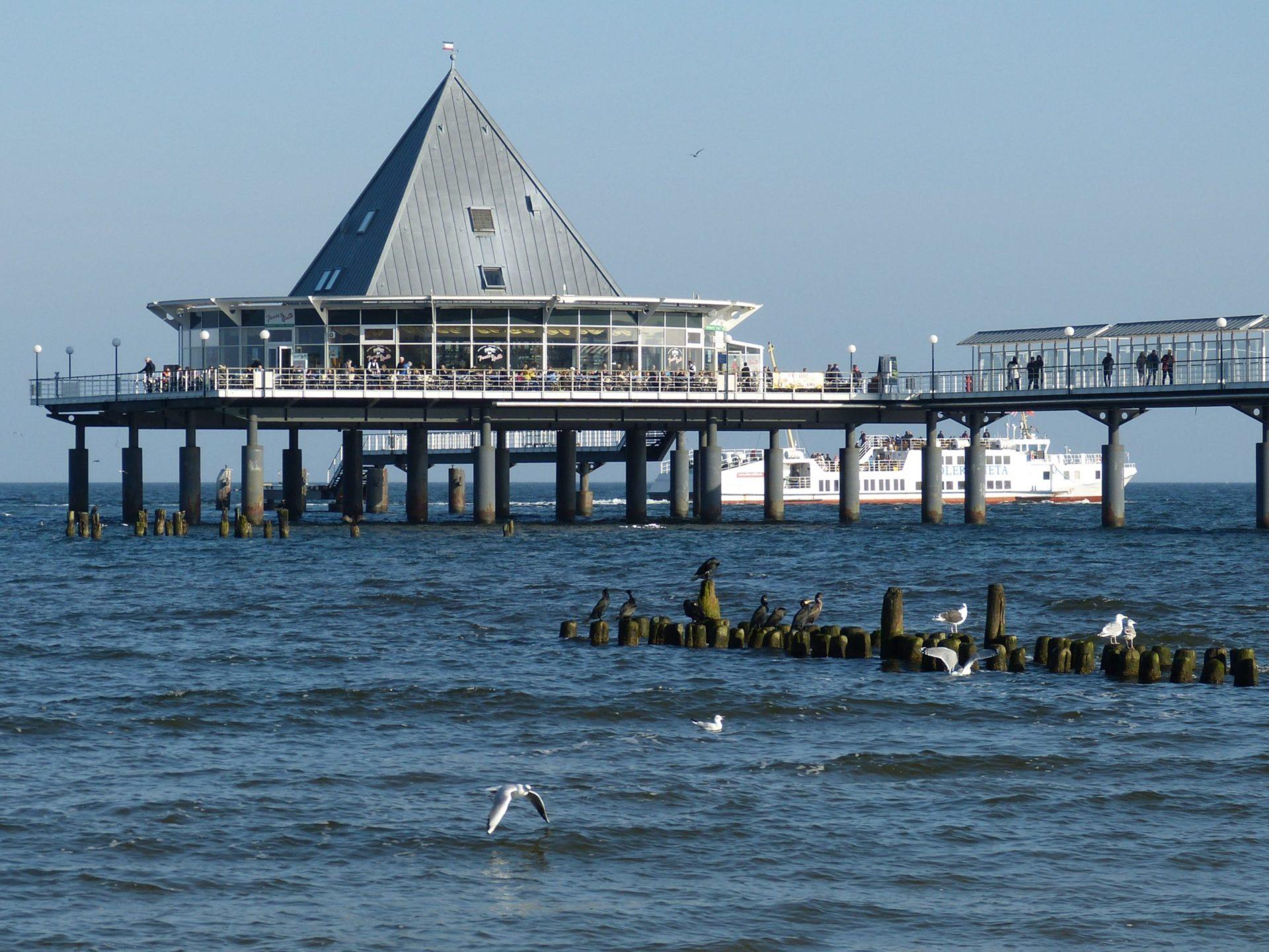 Wassertemperatur Heringsdorf: Seebrücke Heringsdorf mit pyramidenförmigem Restaurant