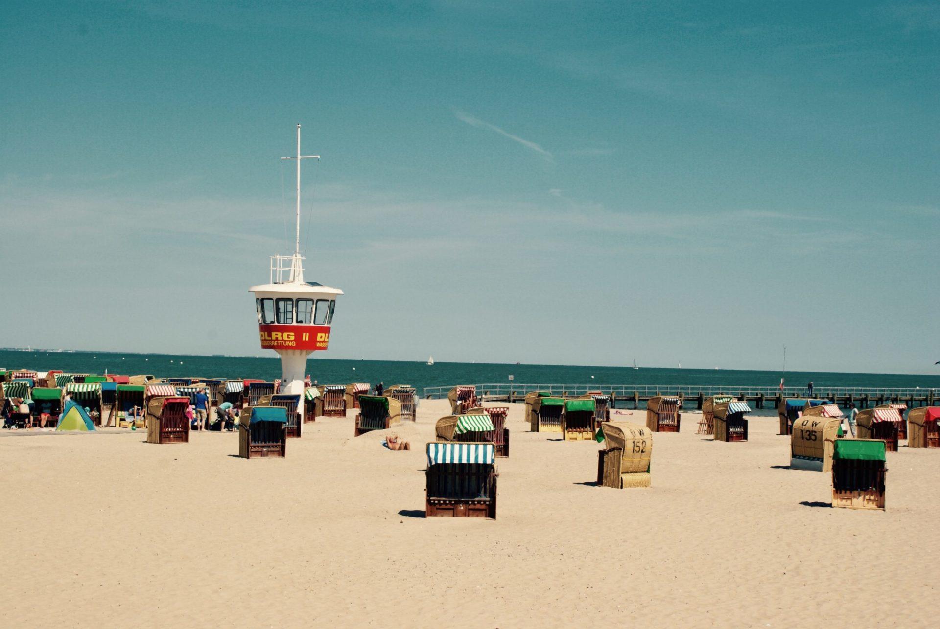 Wassertemperatur Lübecker Bucht: Badestrand von Travemünde mit Strandkörben und DLRG-Turm