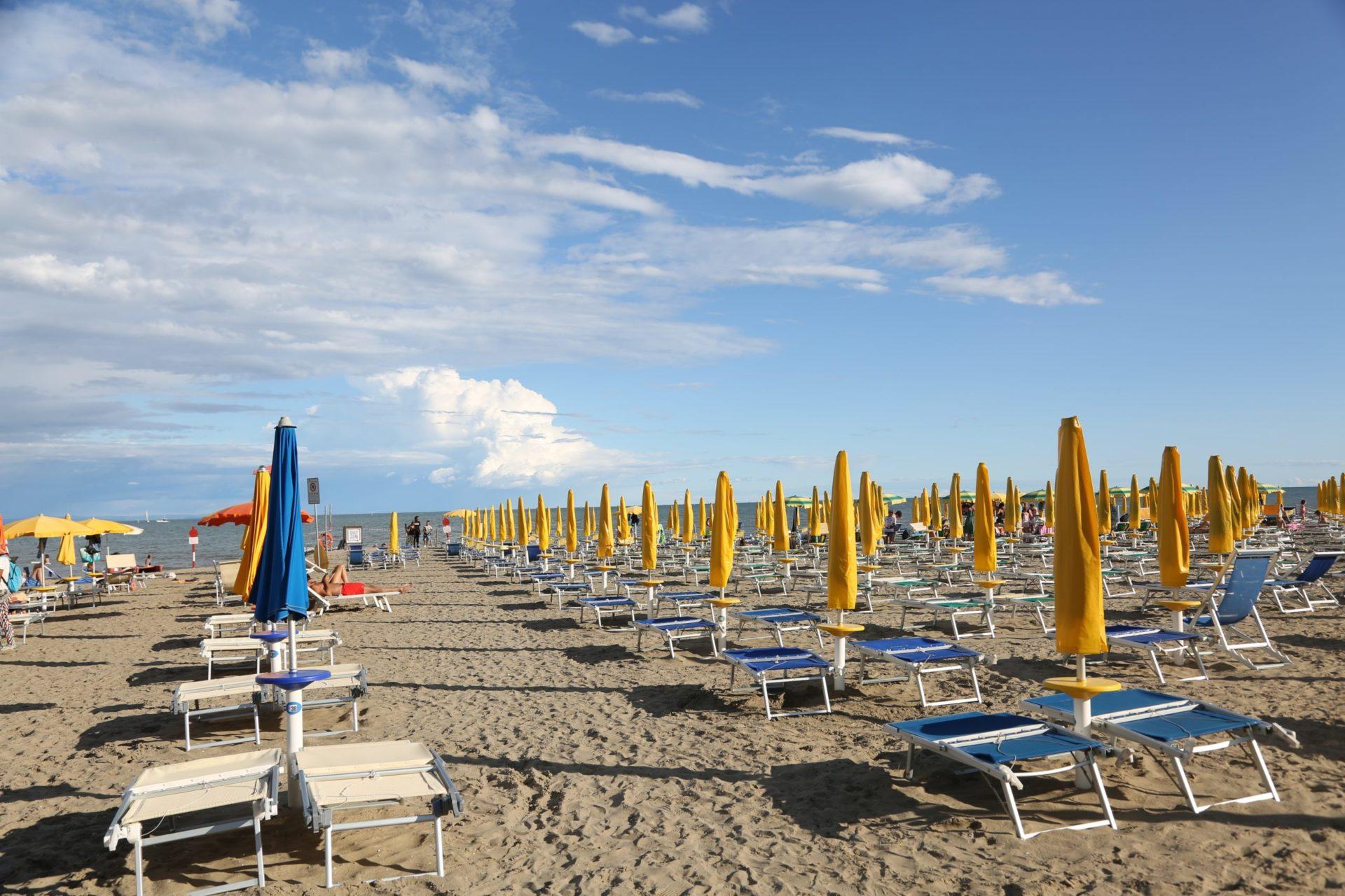 Wassertemperatur Lignano: Sonnenschirme und Liegen, aufgereiht an der Strandmeile von Lignano