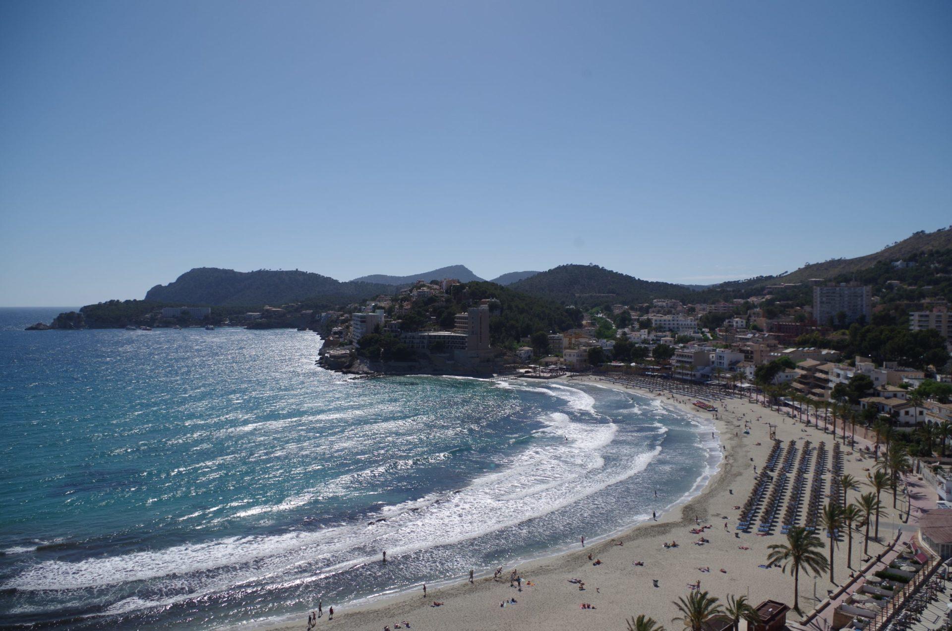 Wassertemperatur Paguera: Bucht von Paguera mit Badestrand Playa Peguera
