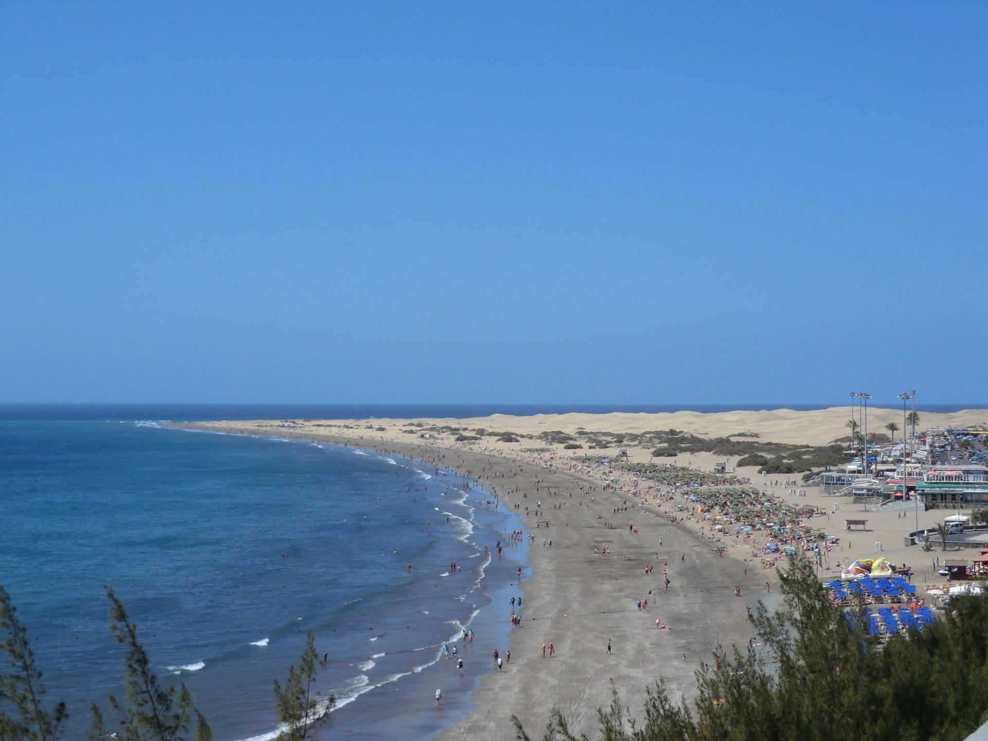 Wassertemperatur Playa del Ingles: Strand von Playa del Ingles, am Horizont der Strand El Veril, rechts daneben die Sanddünen von Maspalomas