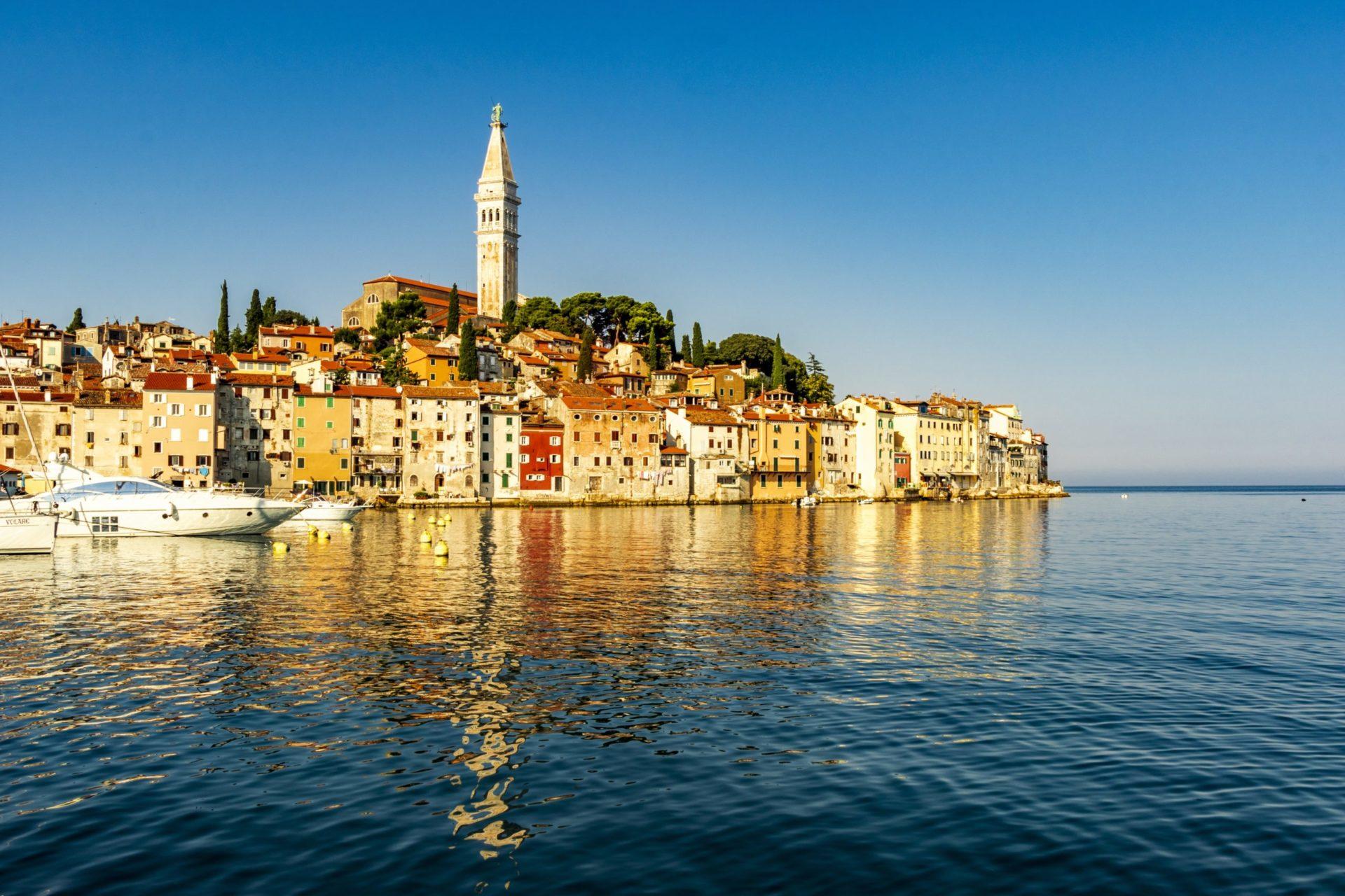 Wassertemperatur Rovinj: Altstadt von Rovinj auf Landzunge im Meer mit Kirche der Heiligen Euphemia (Santa Eufemia)