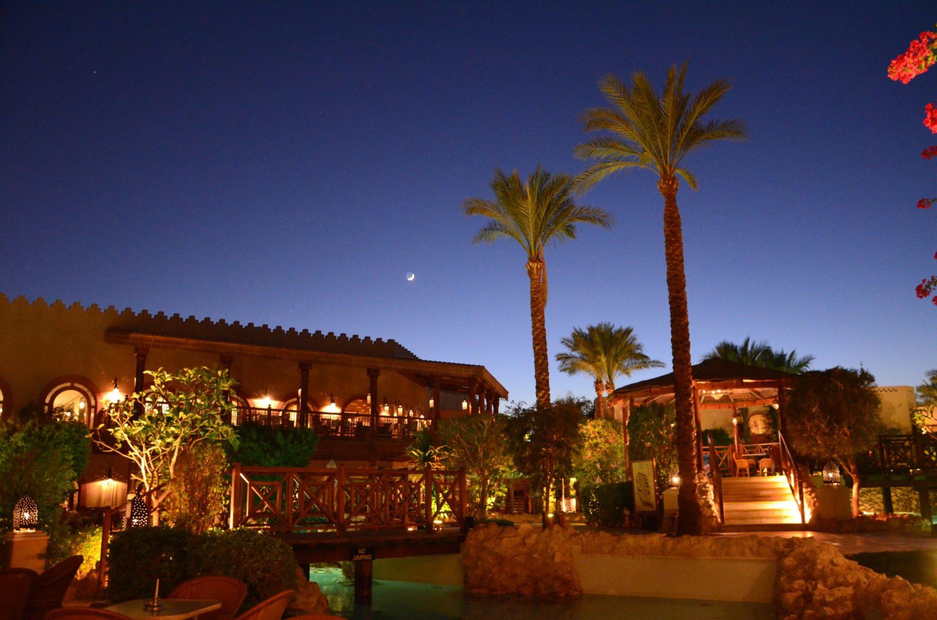 Wassertemperatur Sharm el Sheikh: Malerische Hotelanlage mit Palmen bei Nacht