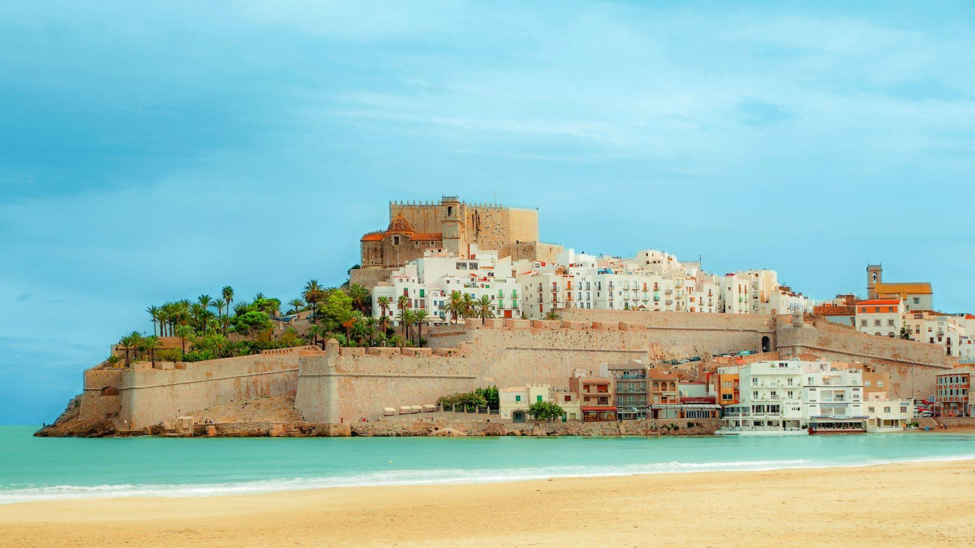 Wassertemperatur Spanien: Altstadt mit Burg von Peñíscola auf Landzunge im Mittelmeer