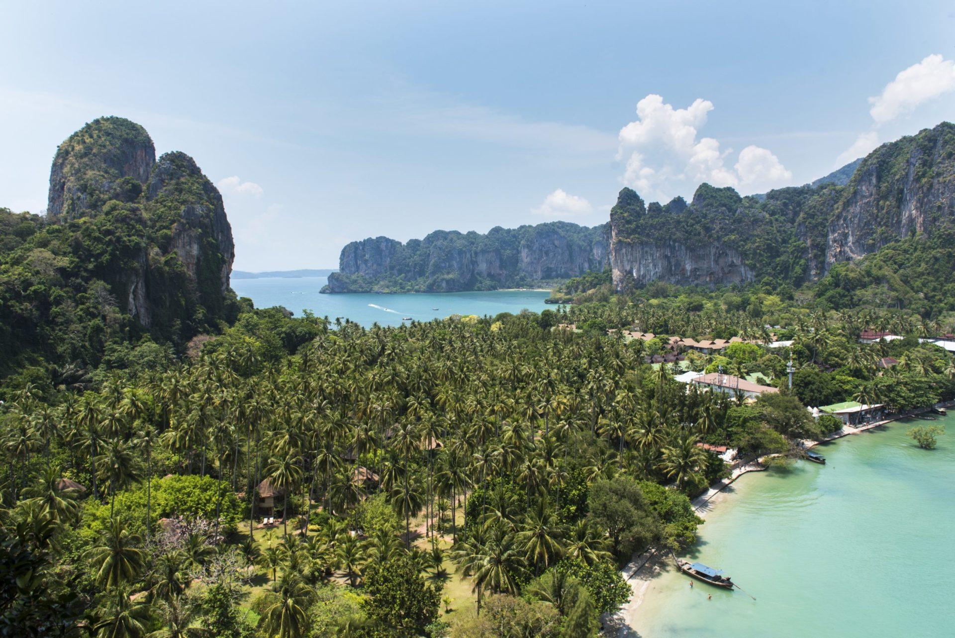 Wassertemperatur Thailand: Railay Bucht mit Strand und Palmen auf der Halbinsel Rai Leh südwestlich von Krabi