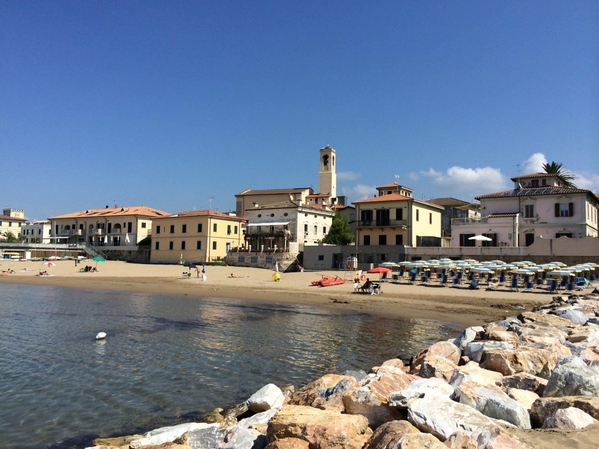 Wassertemperatur Toskana: Badestrand mit Kirche von San Vincenzo an der Etruskerküste