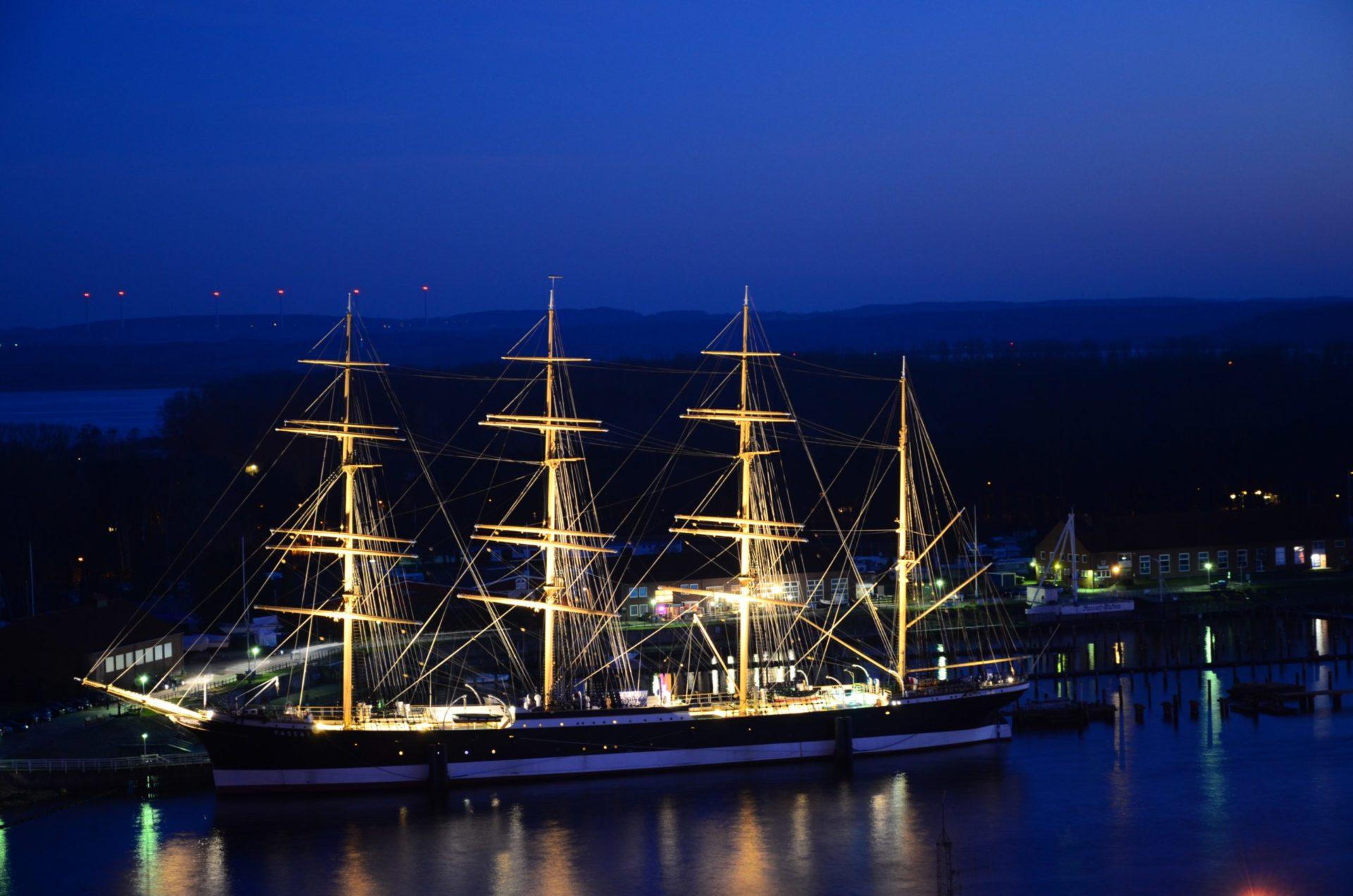 Wassertemperatur Travemünde: Segelschiff Viermast-Stahlbark Passat im Hafen beleuchtet bei Nacht