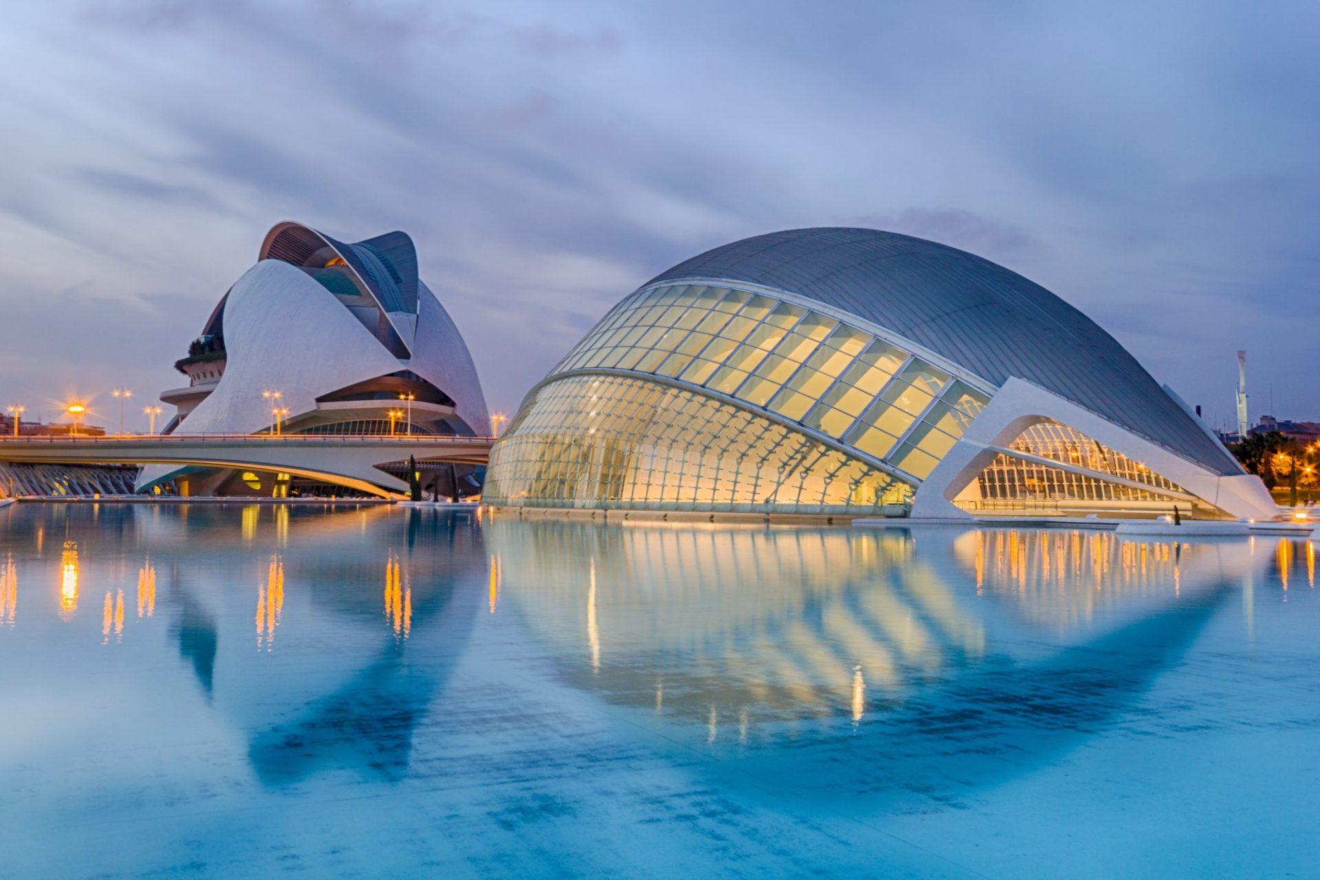 Wassertemperatur Valencia: Kulturelles Gebäude L'Hemisfèric mit Planetarium und Kino vom Architekt Santiago Calatrava Valls
