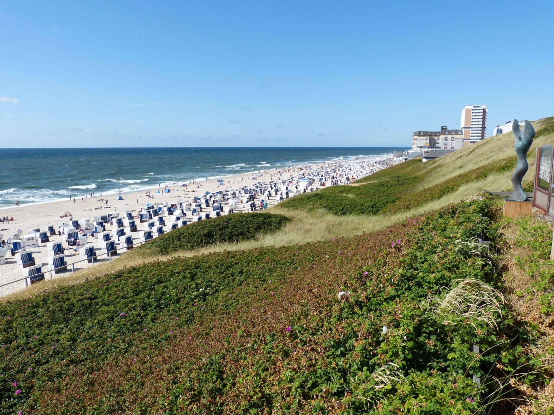 Wassertemperatur Westerland: Blick von der Himmelsleiter auf den Badestrand von Westerland mit Strandkörben, rechts oben im Bild die Strandpromenade mit dem Haus Metropol