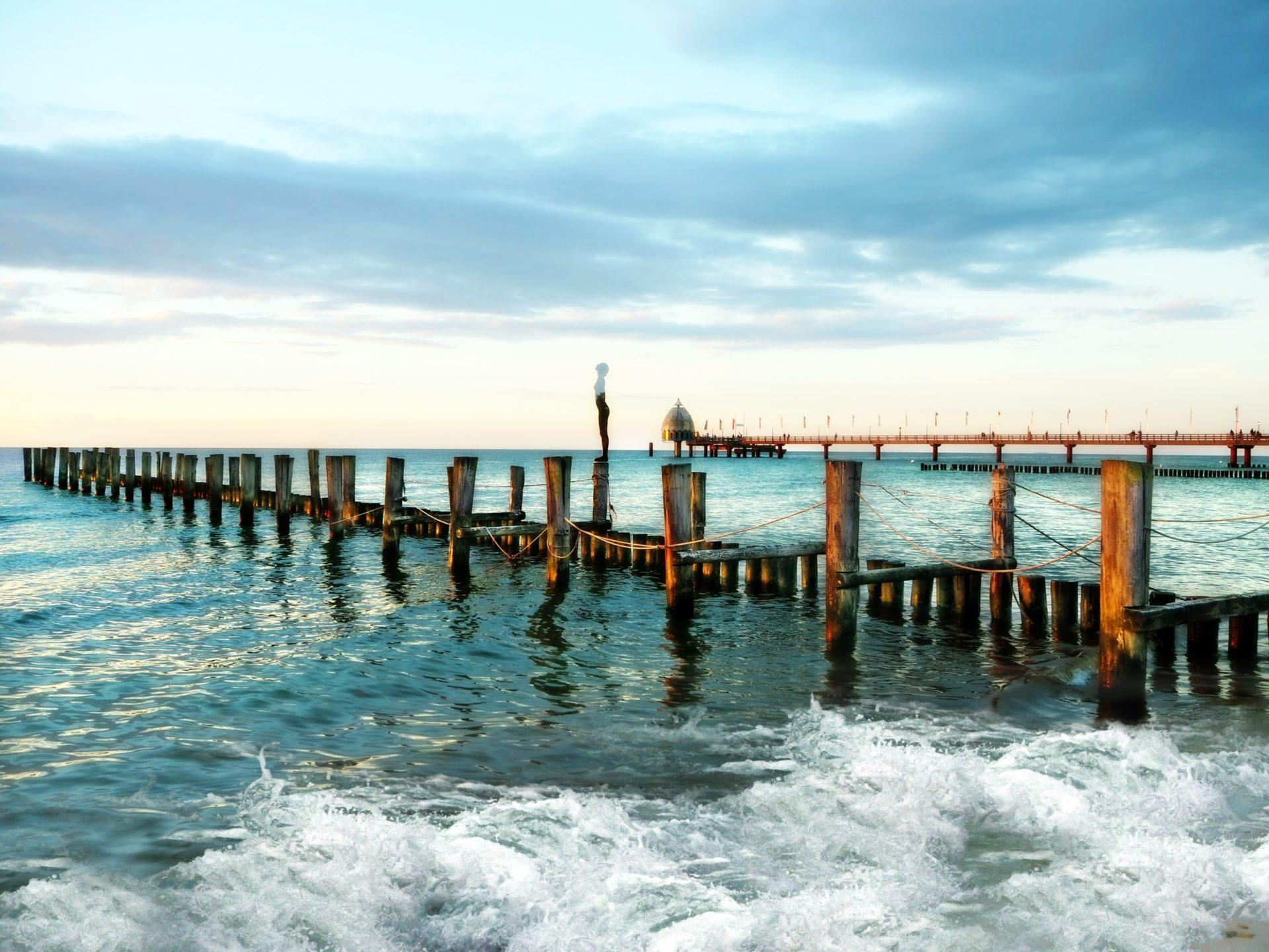 Wassertemperatur Zingst: Seebrücke Zingst mit Tauchgondel und Buhnen in der Ostsee