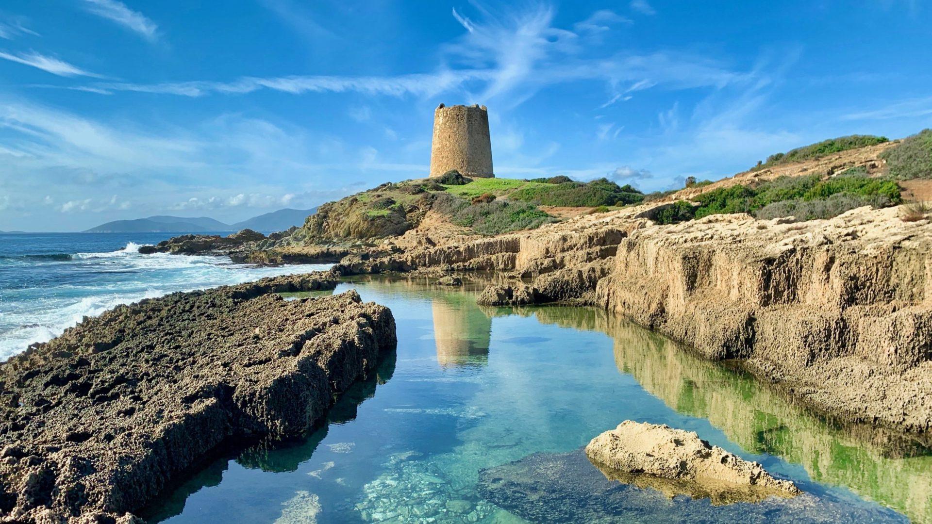 Wassertemperatur Cagliari: Turmruine Torre di Porto Giunco im Naturschutzgebiet Cape Carbonara auf Sardinien