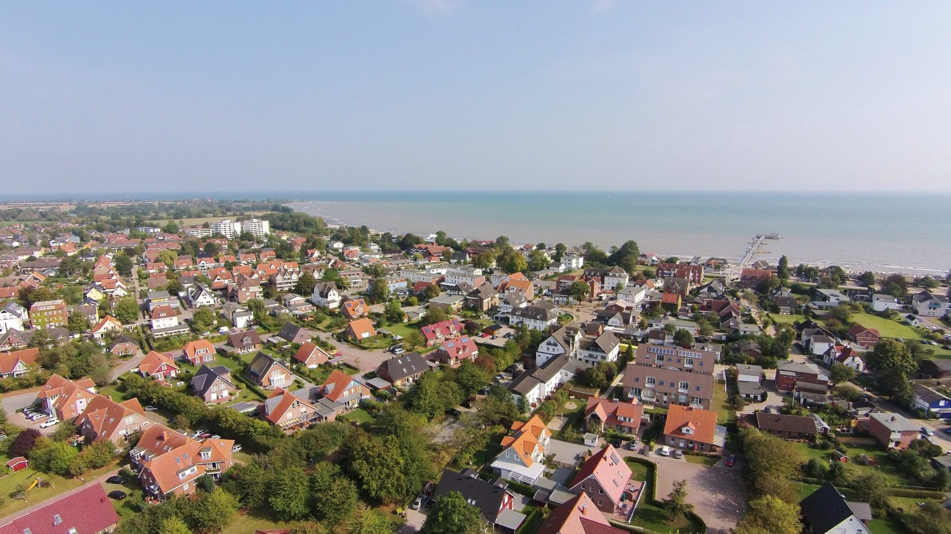 Wassertemperatur Dahme: Blick auf Kellenhusen am Nordwestrand der Lübecker Bucht, links am Horizont das Ostseeheilbad Dahme