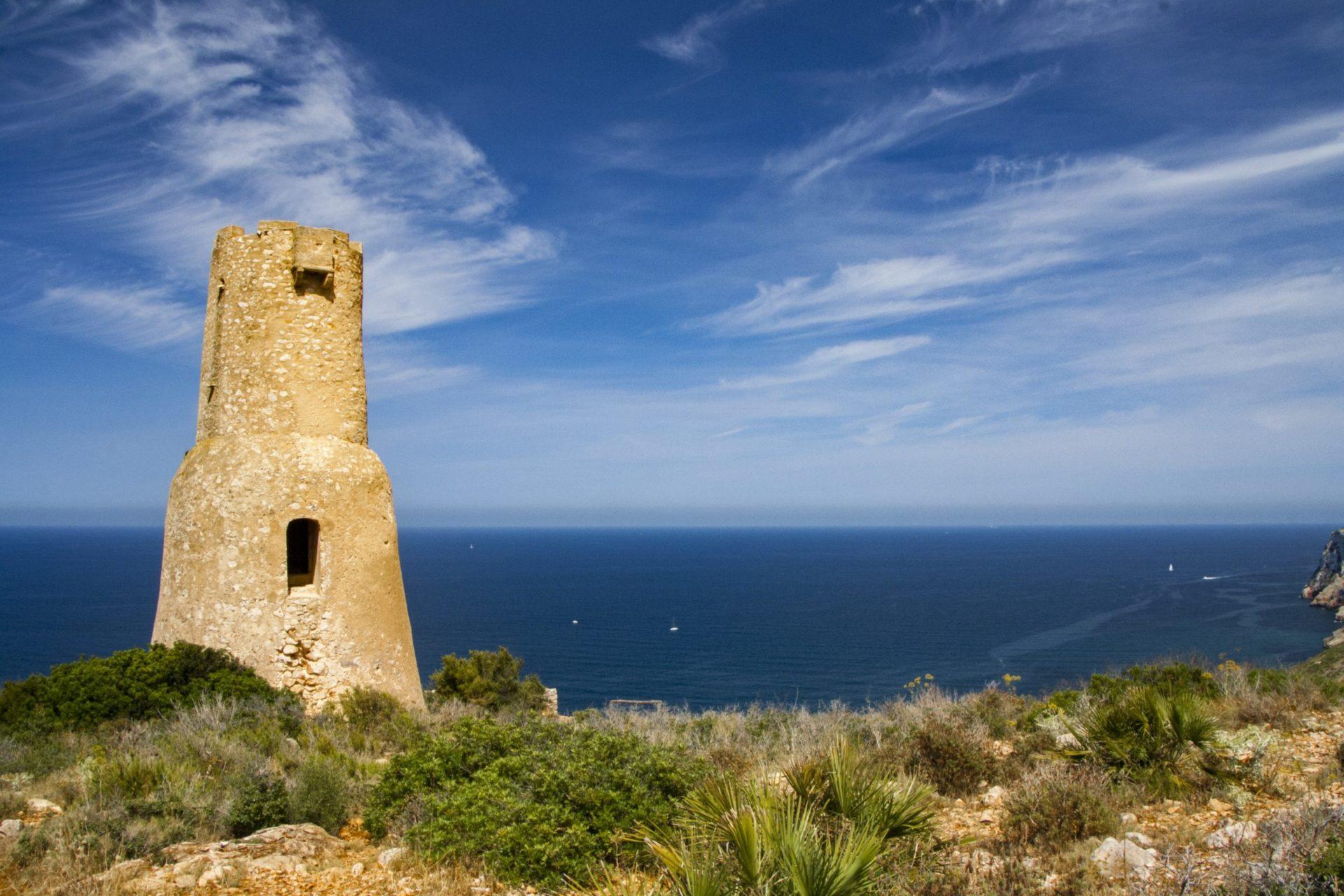 Wassertemperatur Denia: Turm Torre del Gerro mit Mittelmeer