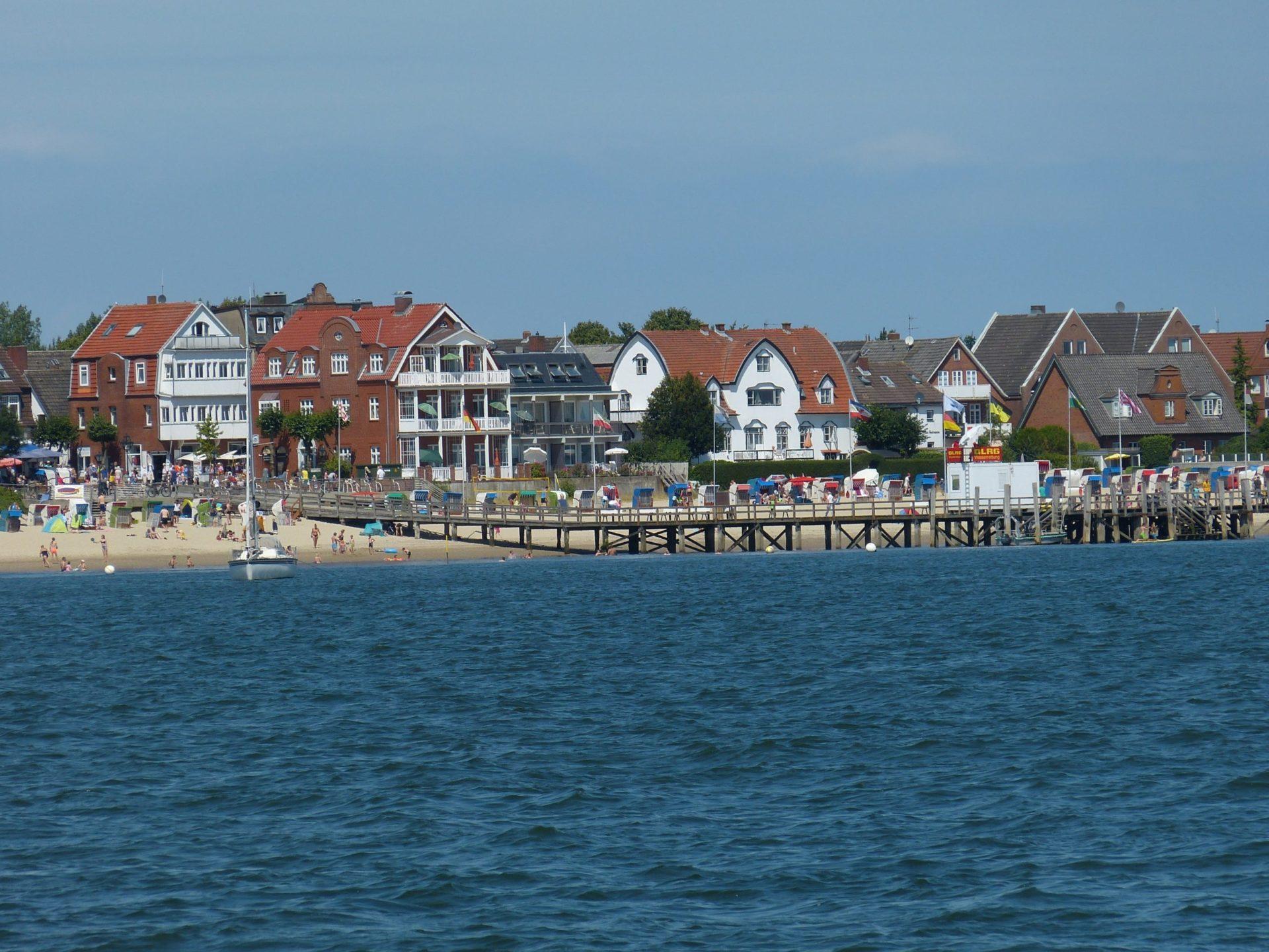 Wassertemperatur Föhr: Badestrand mit Strandpromenade Sandwall bei Wyk inklusive Seebrücke