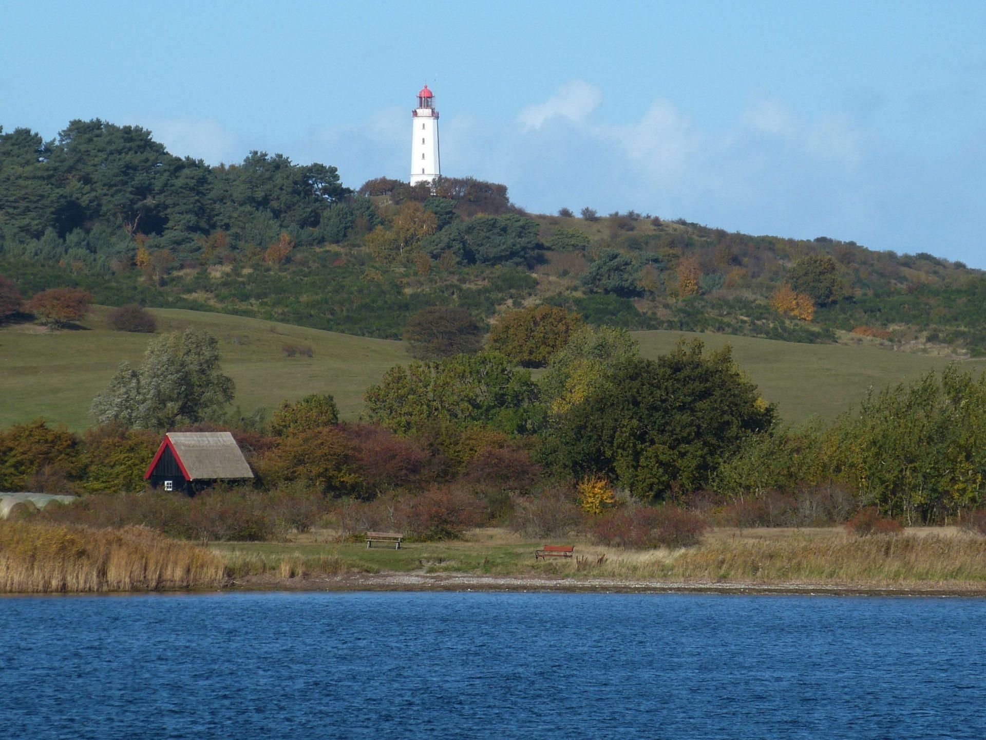 Wassertemperatur Hiddensee: Blick von der Ostsee zum Leuchtturm auf dem SchluckwieksbergimDornbusch