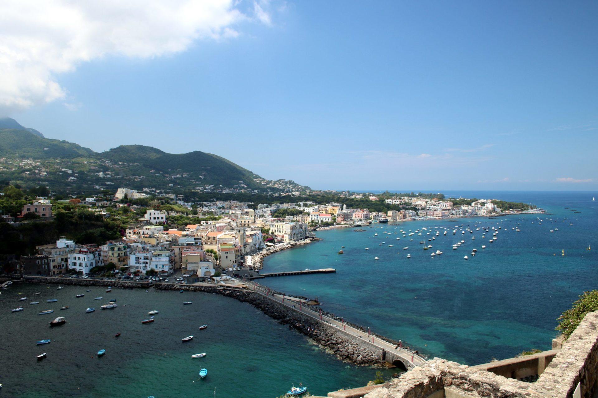 Wassertemperatur Ischia: Blick vom Castello Aragonese auf den Ortsteil Ponte der Gemeinde Ischia