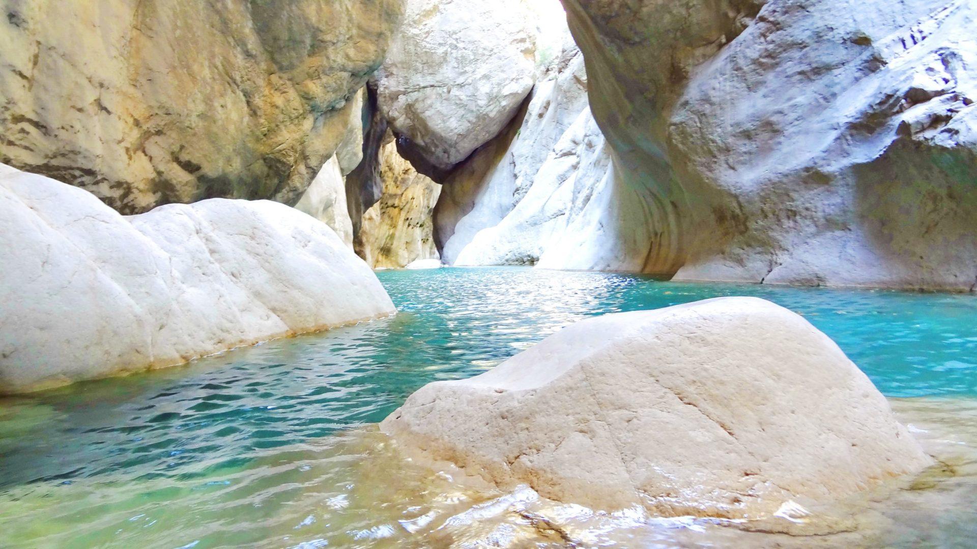 Wassertemperatur Kemer: Türkis-blaues, klares Wasser zwischen Kalksteinfelsen im Göynük Canyon im Nationalpark Beydağları