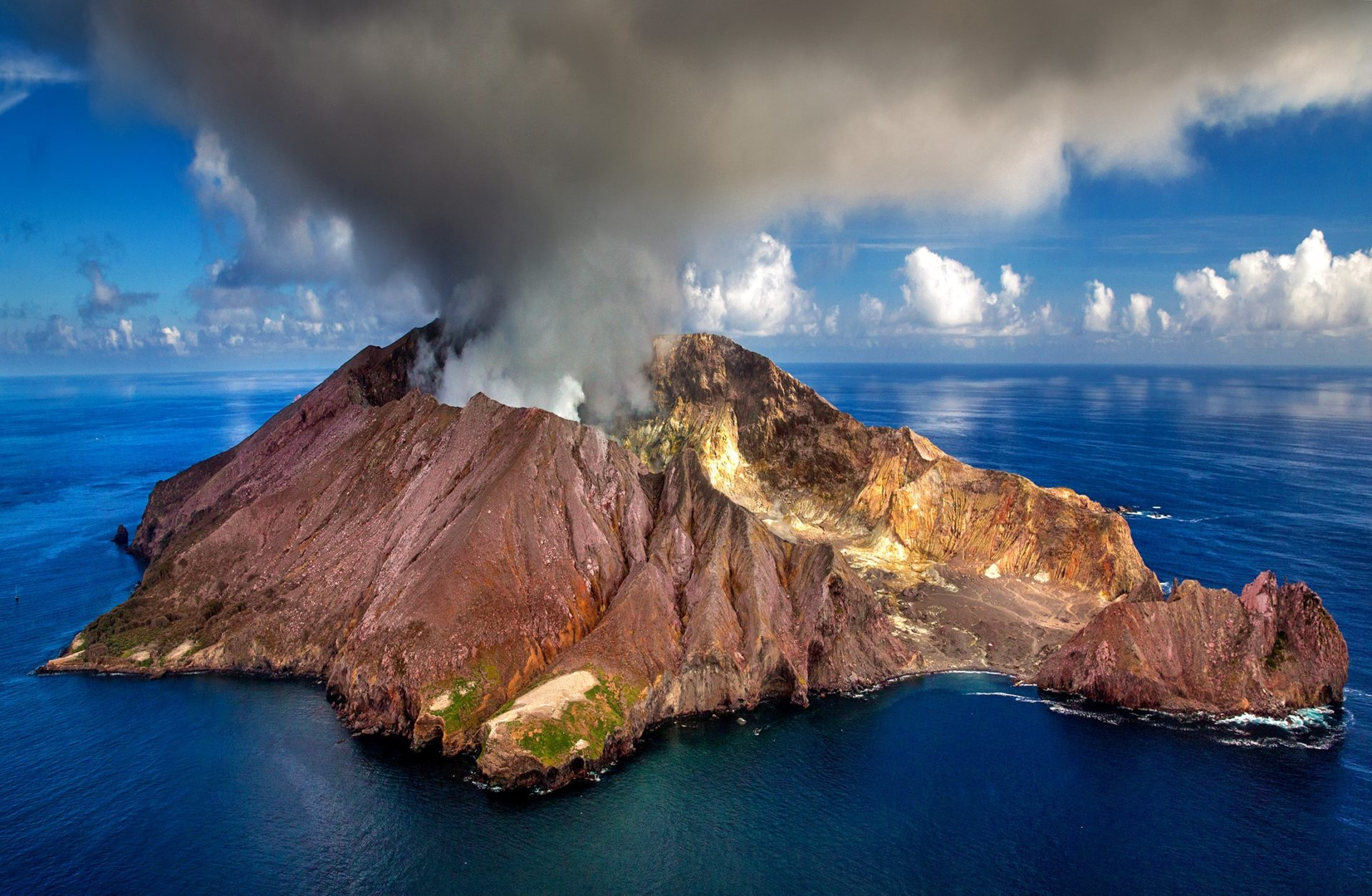 Wassertemperatur Neuseeland: Aktive Vulkaninsel White Island (Whakaari) aus der Luft
