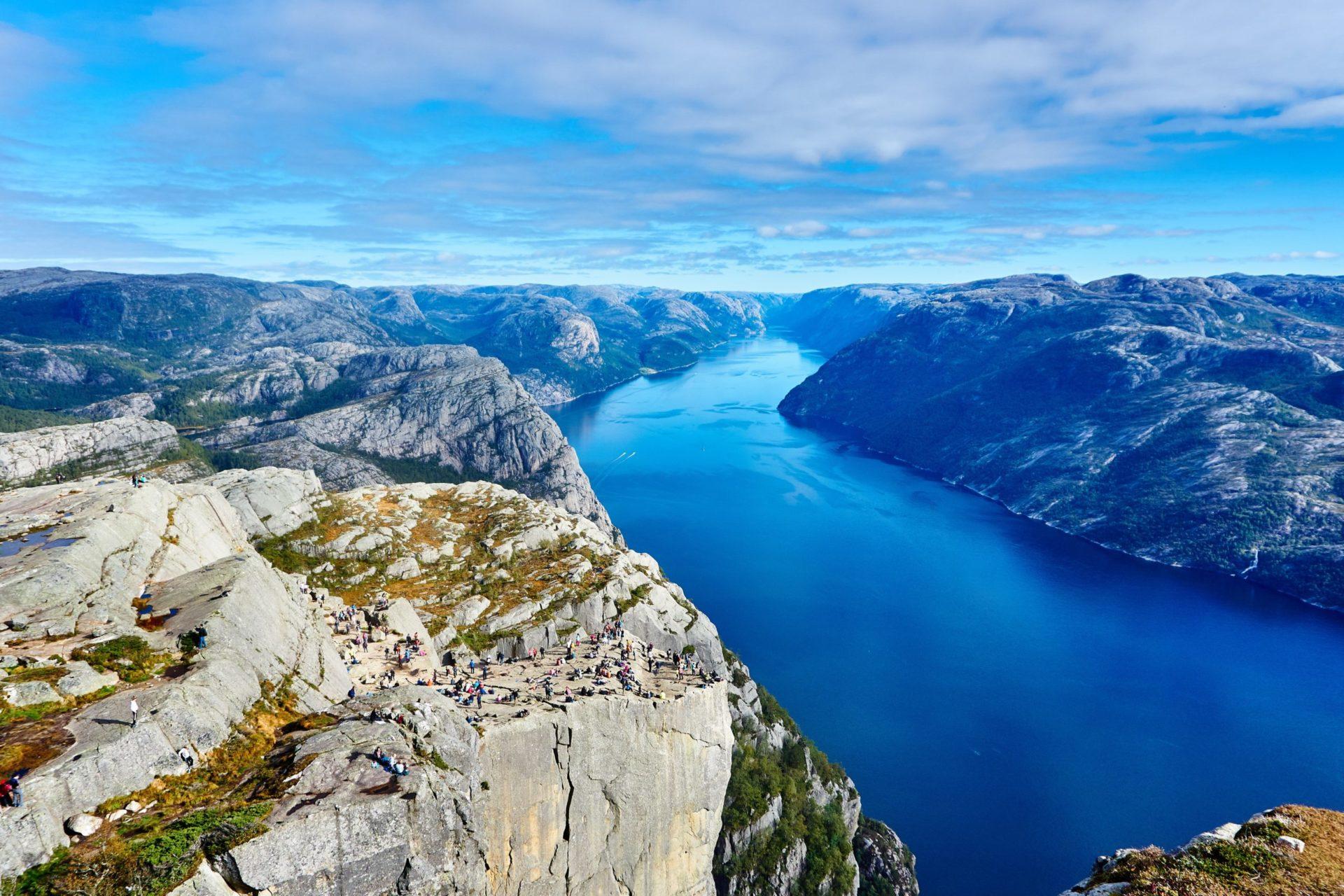 Wassertemperatur Norwegen: Blick von oben auf die Felsplattform Preikestolen und den darunter liegenden Lysefjord
