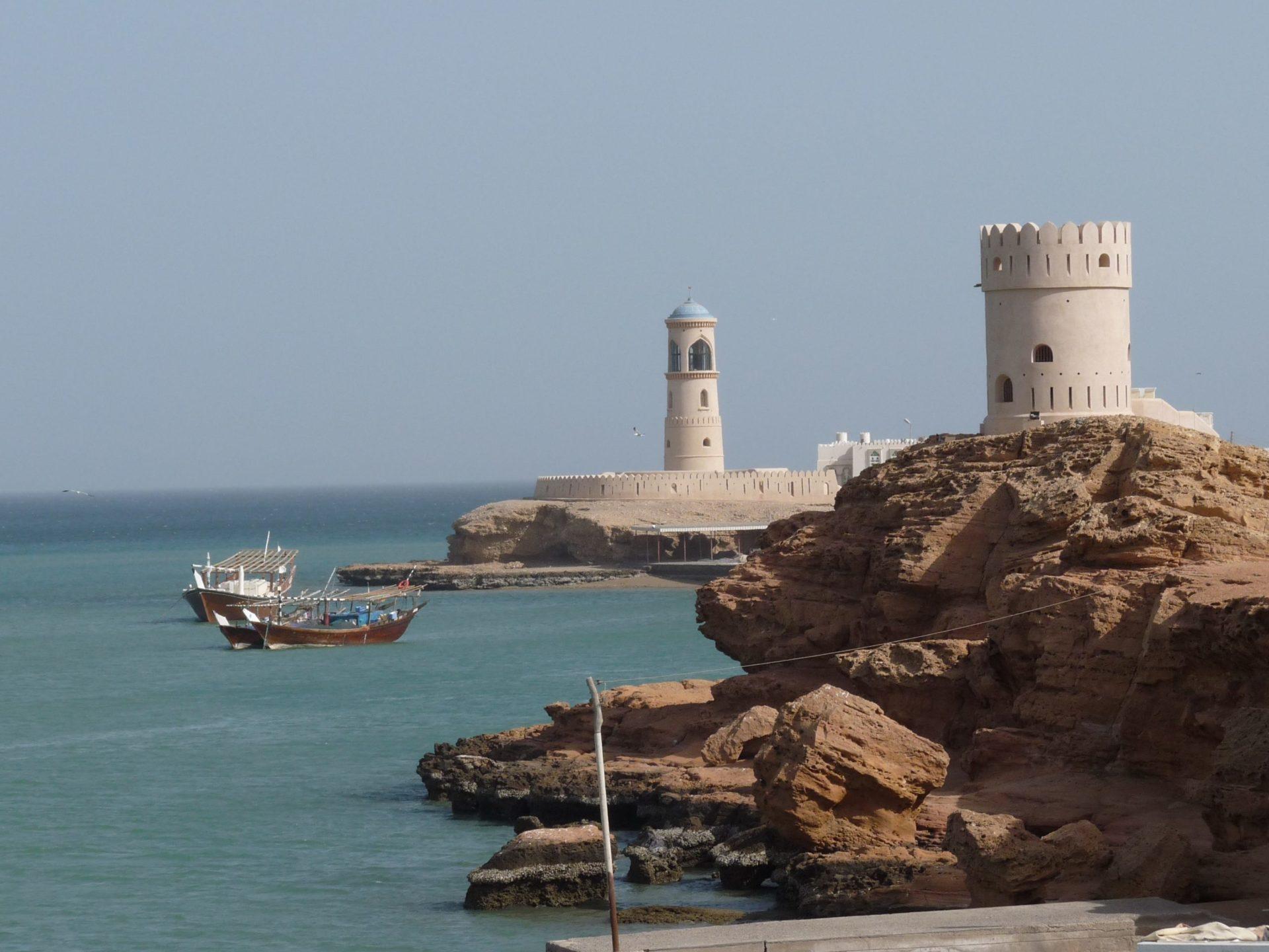 Wassertemperatur Oman: Felsküste in Sur mit dem Leuchtturm von Al Ayjah
