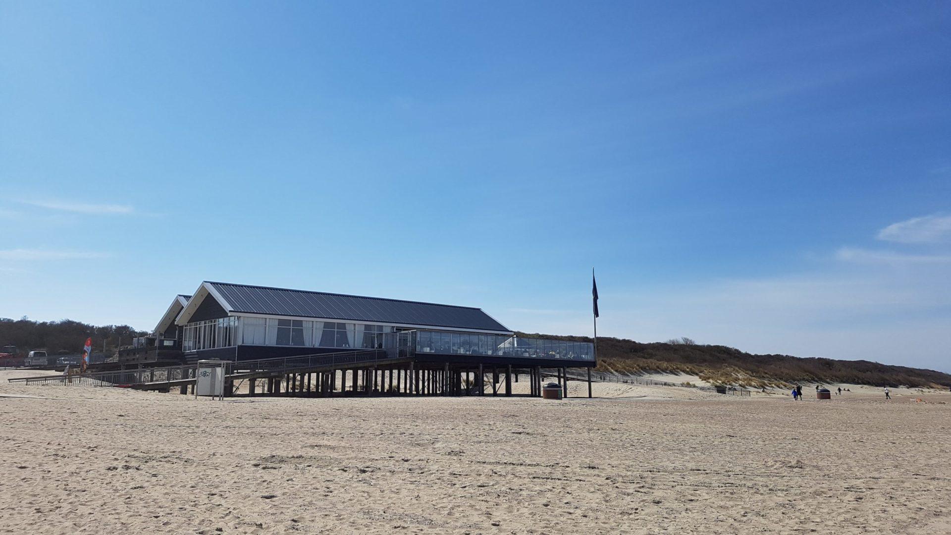 Wassertemperatur Renesse: Strandrestaurant als Pfahlbau am Badestrand nordöstlich von Renesse